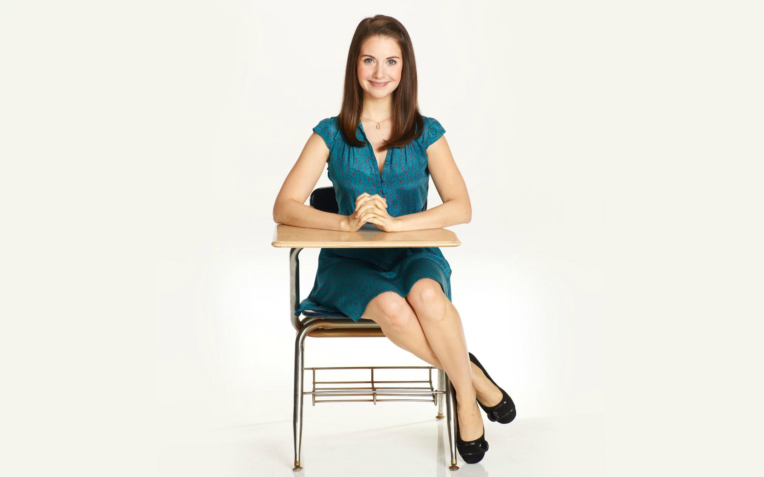 Женщины на стульях