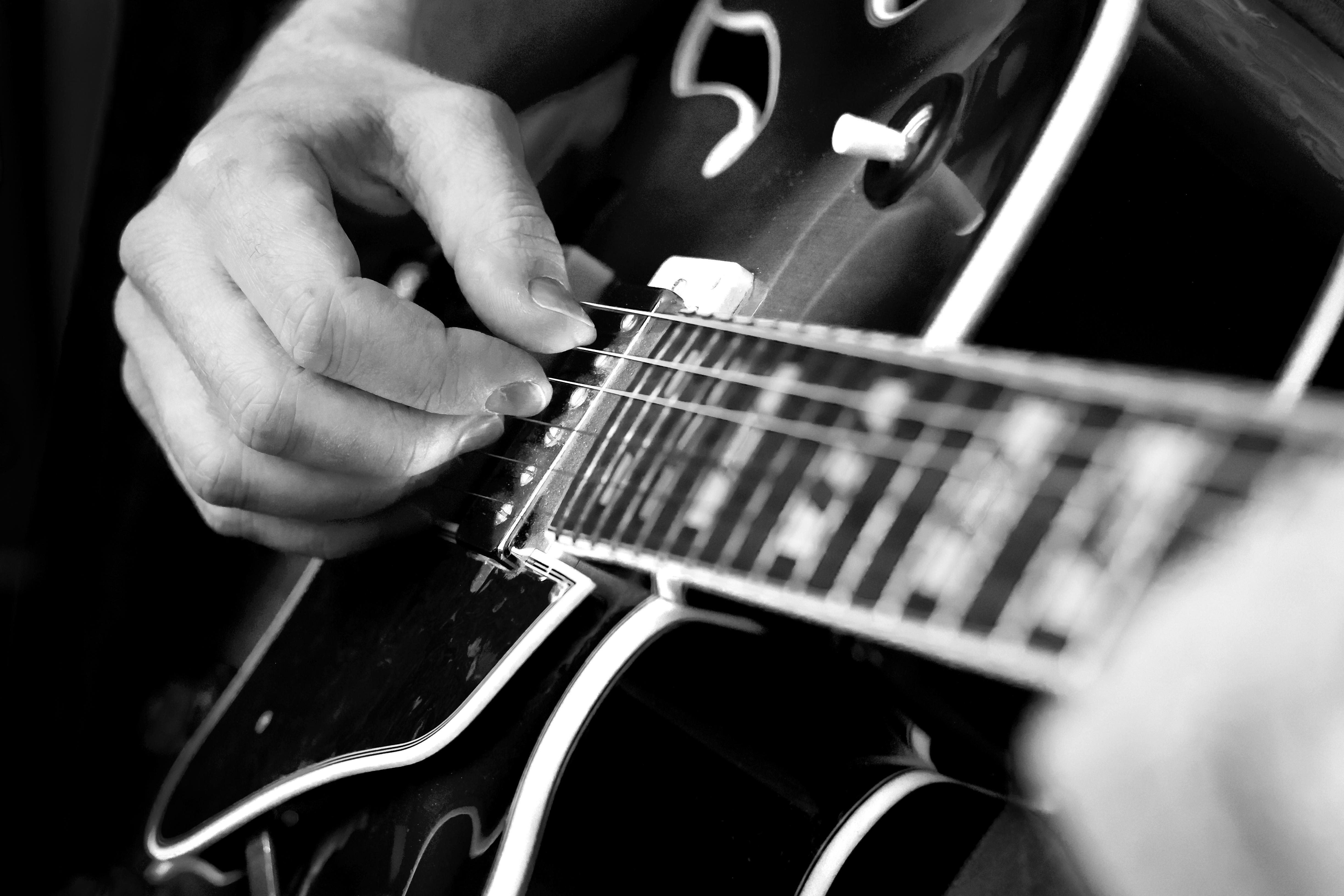 デスクトップ壁紙 音楽 ミュージシャン マイクロフォン 遊ぶ エレキギター イバニーズ Bw ハンド 黒と白 モノクロ写真 引っ張られた弦楽器 ベースギター アコースティックギター スライドギター ジャズギタリスト Musical Instrument Accessory String