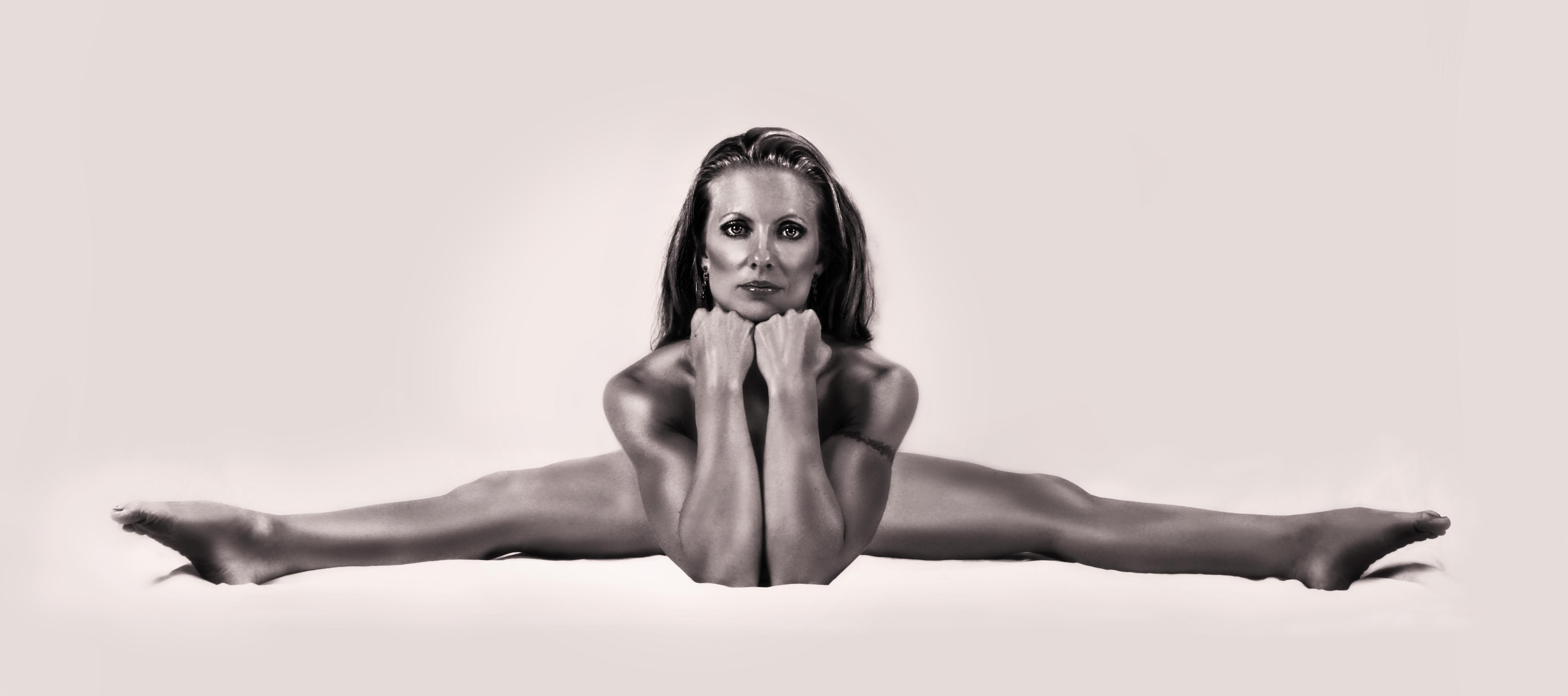 nude girls splits leg