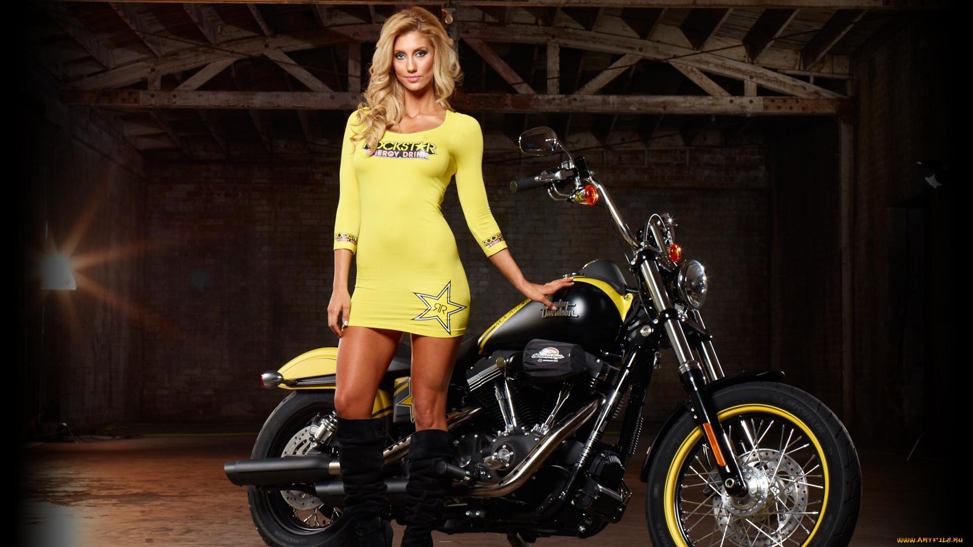Frau bilder mit motorrad Ein Motorrad