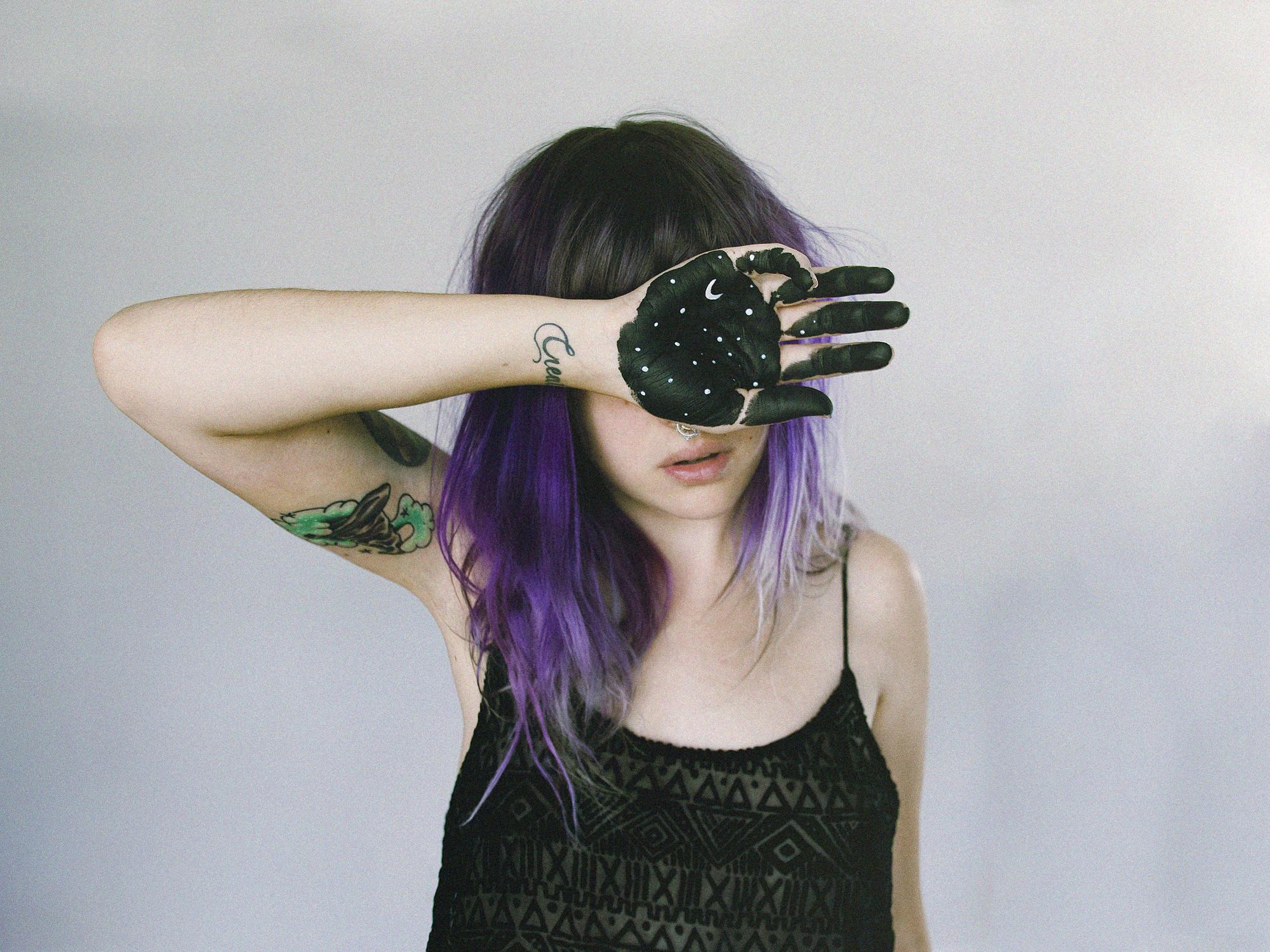 fond d 39 cran nuit cheveux longs espace ciel violet toiles tatouage lune cheveux noirs. Black Bedroom Furniture Sets. Home Design Ideas