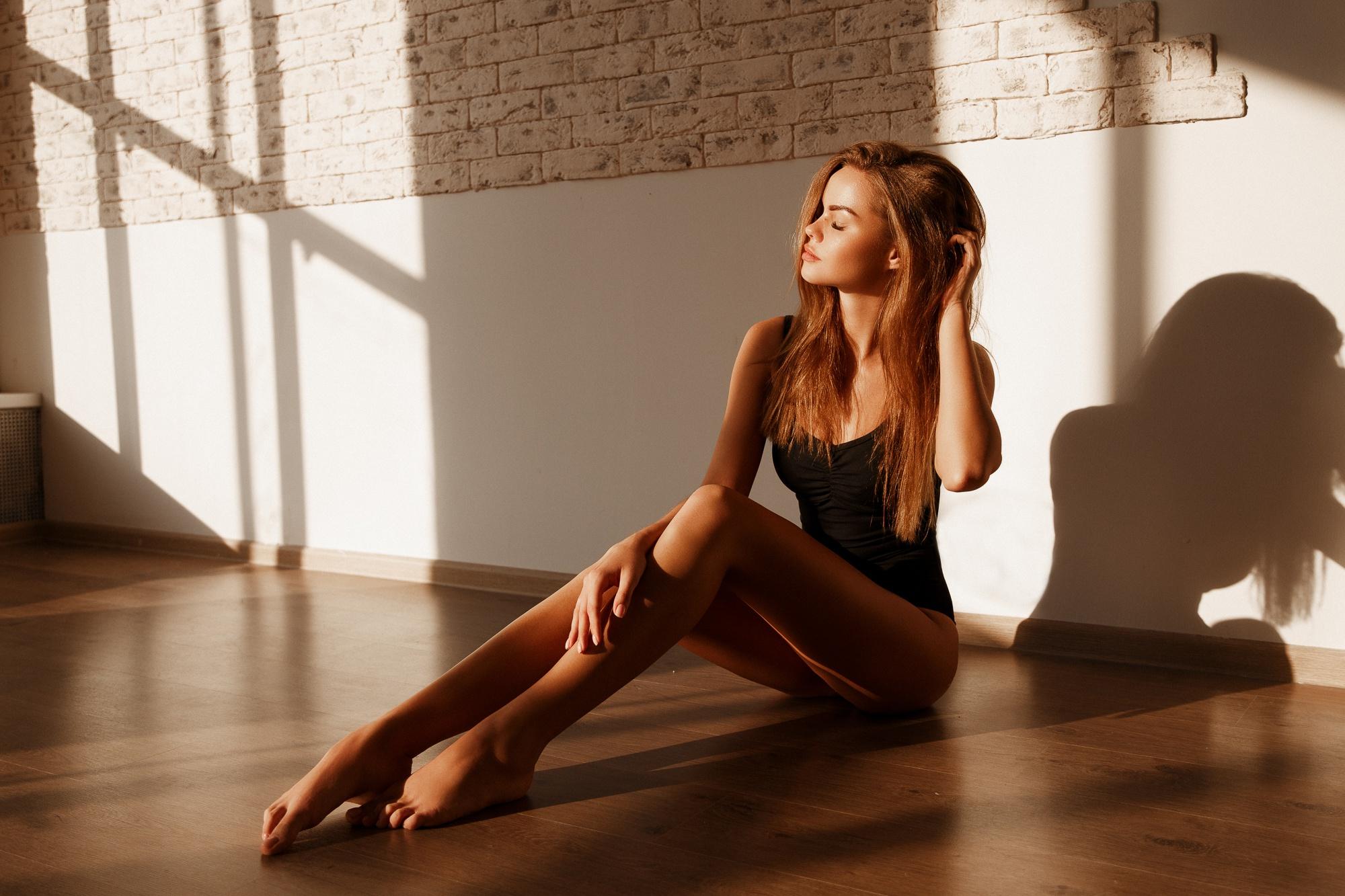 Девушка сидящая на полу картинка