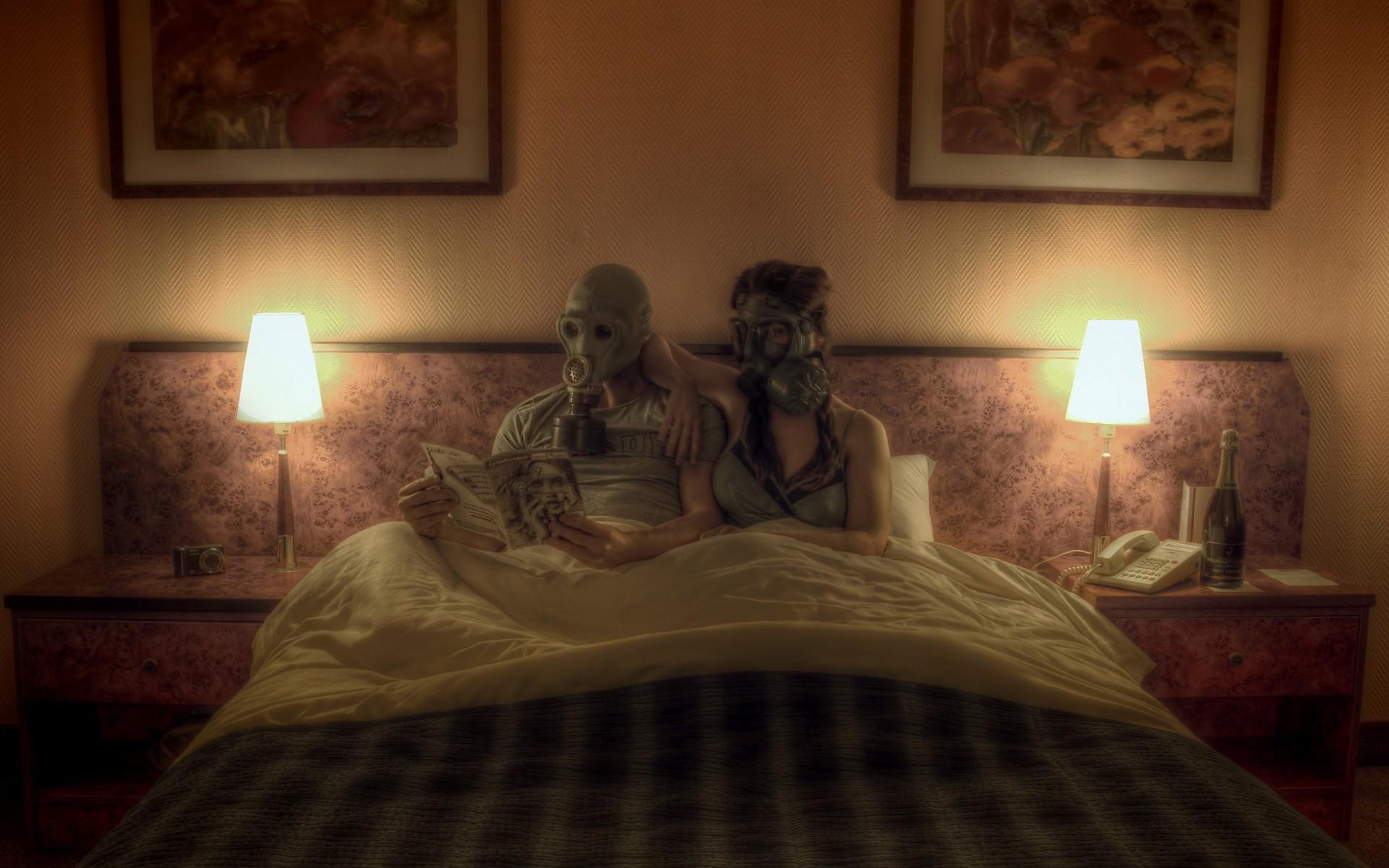 fond d 39 cran la peinture masques gaz chambre s ance au lit en train de lire maison. Black Bedroom Furniture Sets. Home Design Ideas