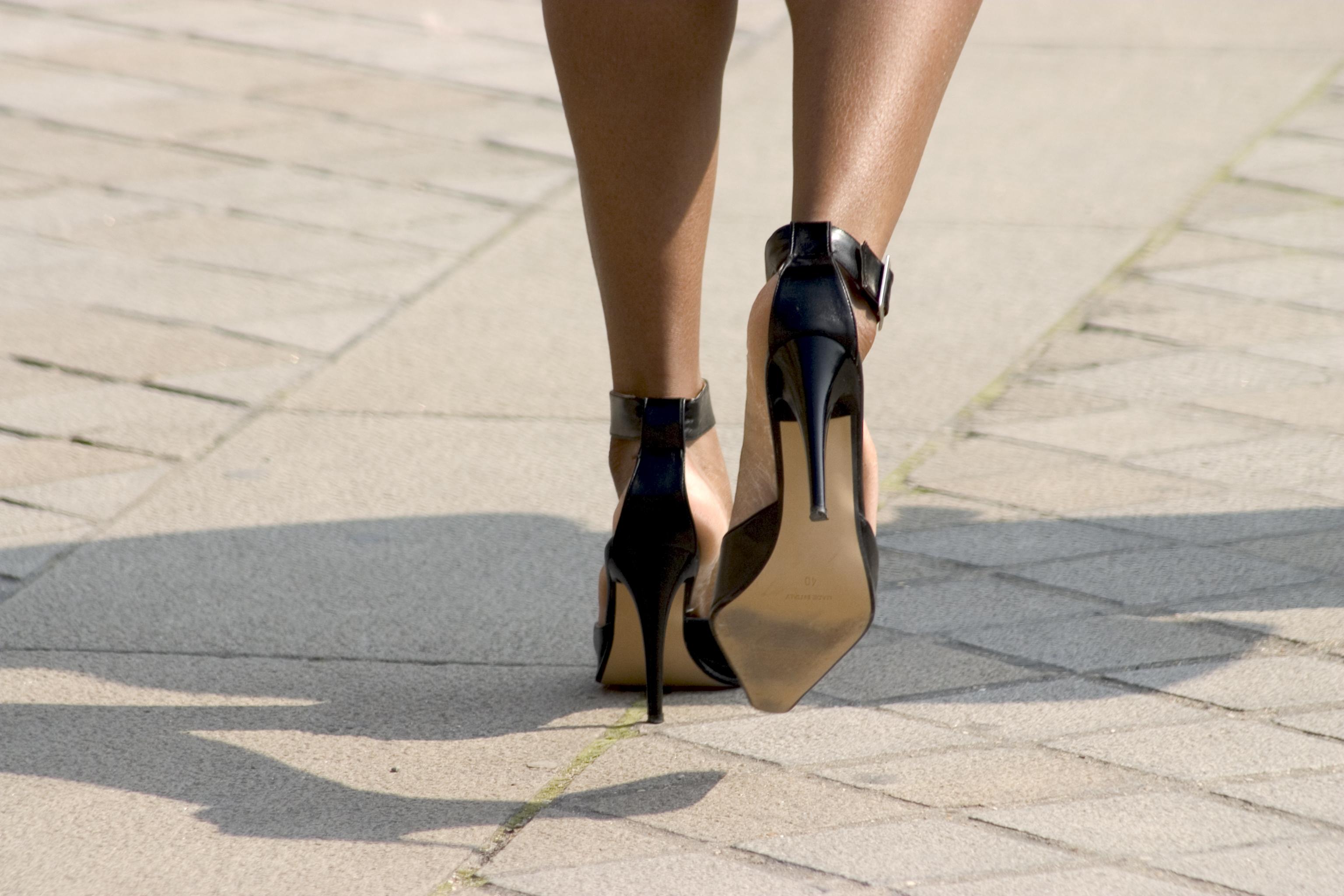 кедр картинки с ногами на каблуках кадре крайне важная