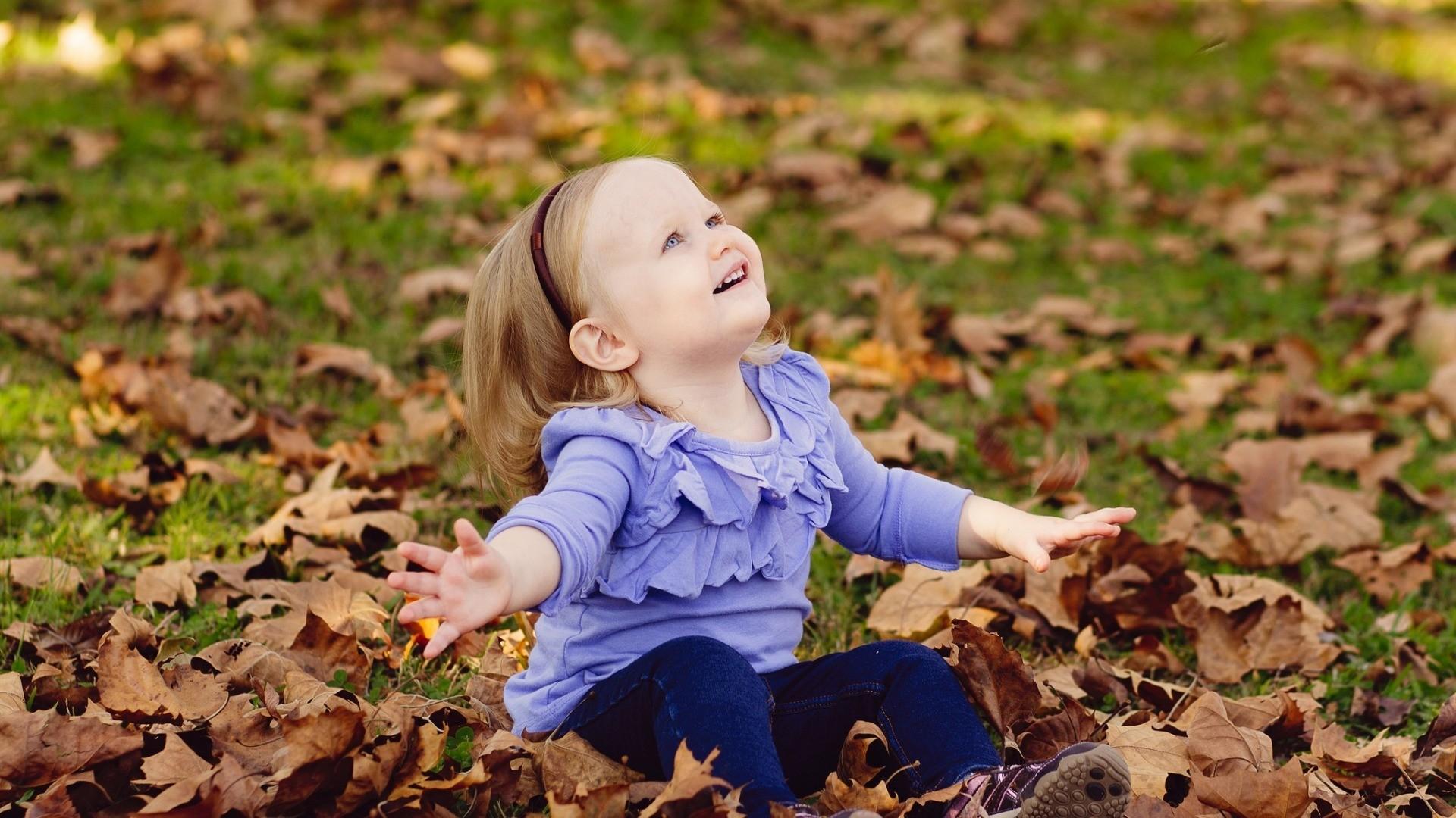 Фото детей до года на природе осенью