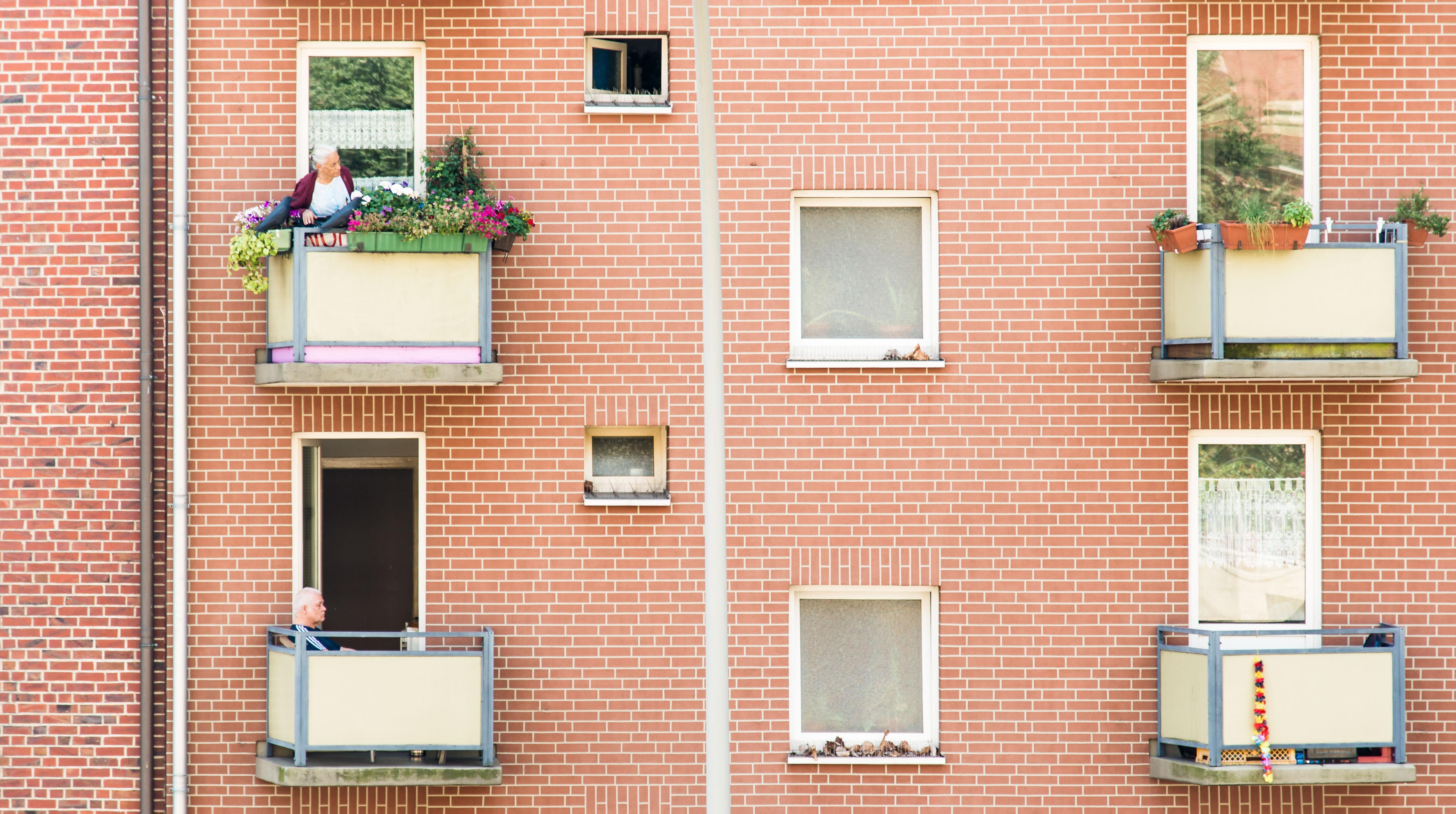 maison brique rouge porte noire ventana blog. Black Bedroom Furniture Sets. Home Design Ideas