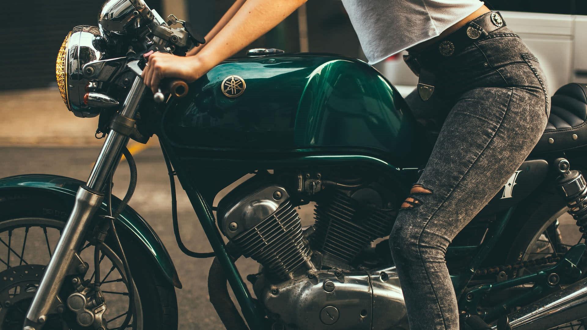 Hình nền : những người, đàn bà, mô hình, Xe đạp, chân, xe máy, Quần jean bị rách, Xe đạp tốc độ, Yamaha SRV250, Phụ nữ có xe đạp, Lái xe mô ...
