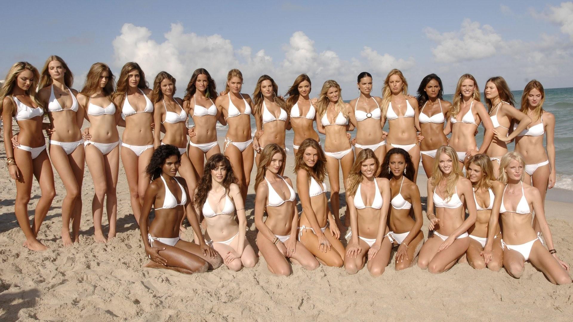 Sexy beach bunnies in bikini open a bag full of dildos for hot lesbian orgy № 831171 бесплатно