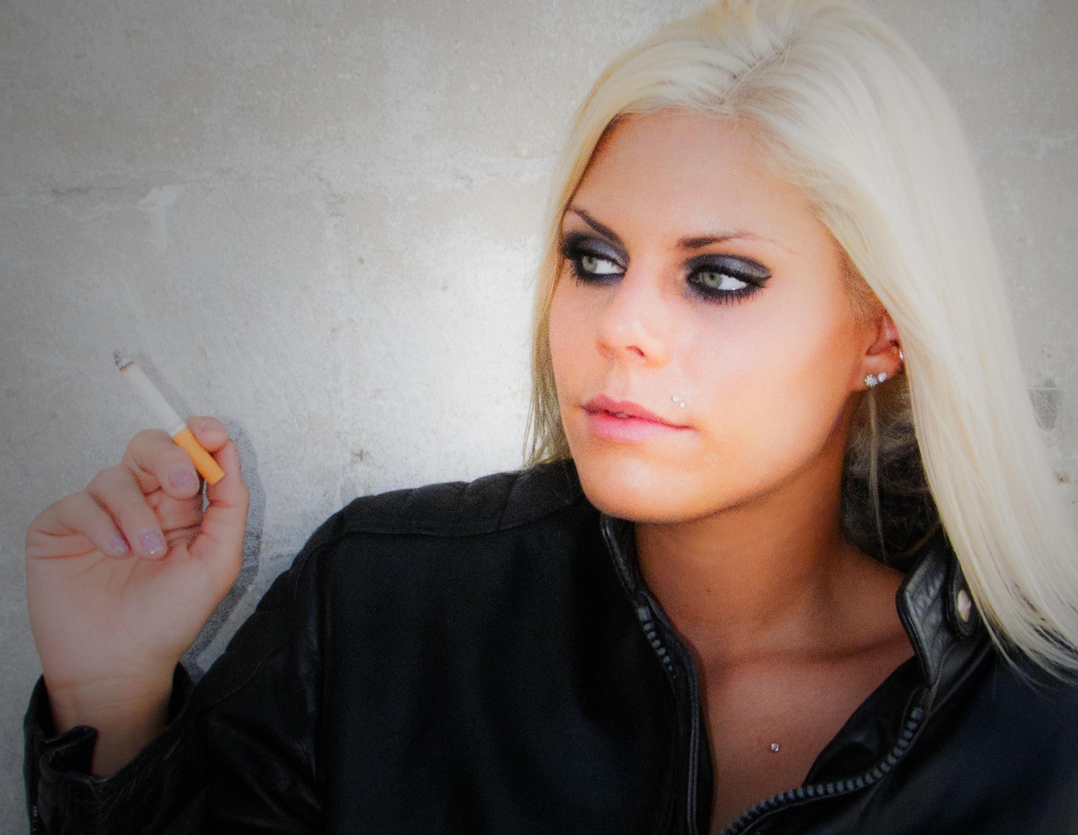kouření blondýna