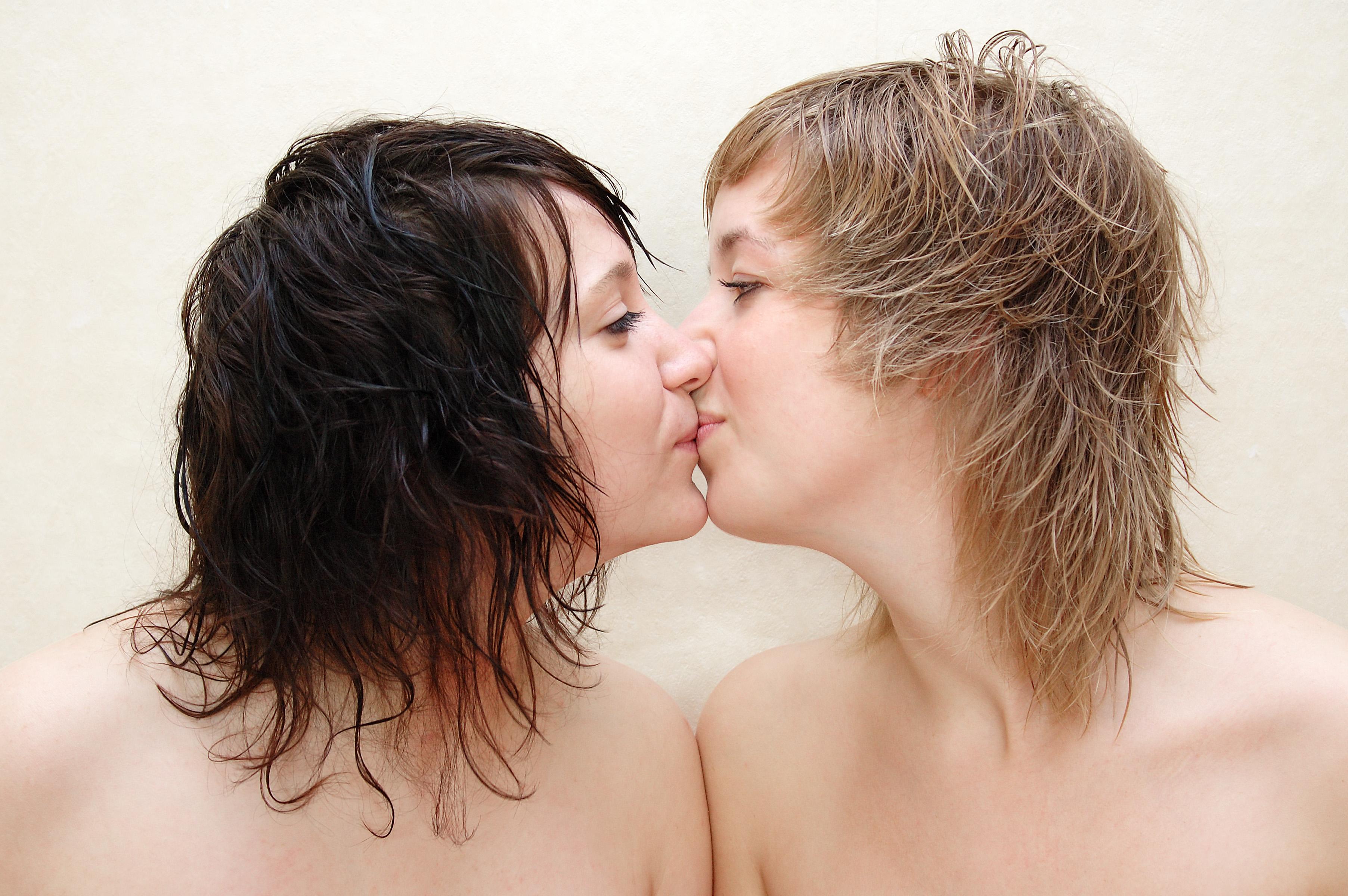 Lesbisk naken kyss