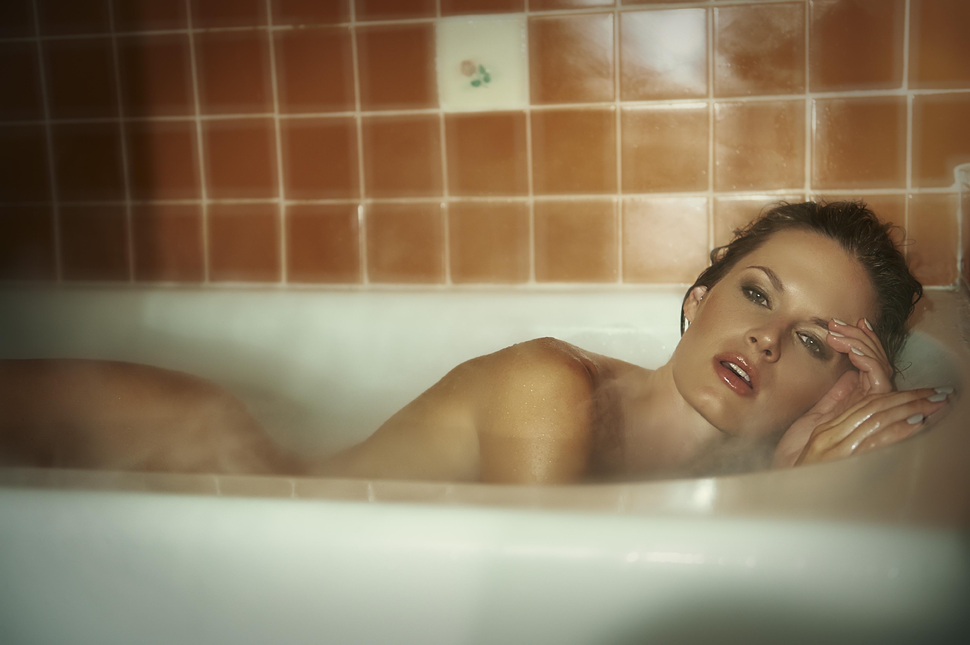 sexy-ladies-fucking-in-bathtub