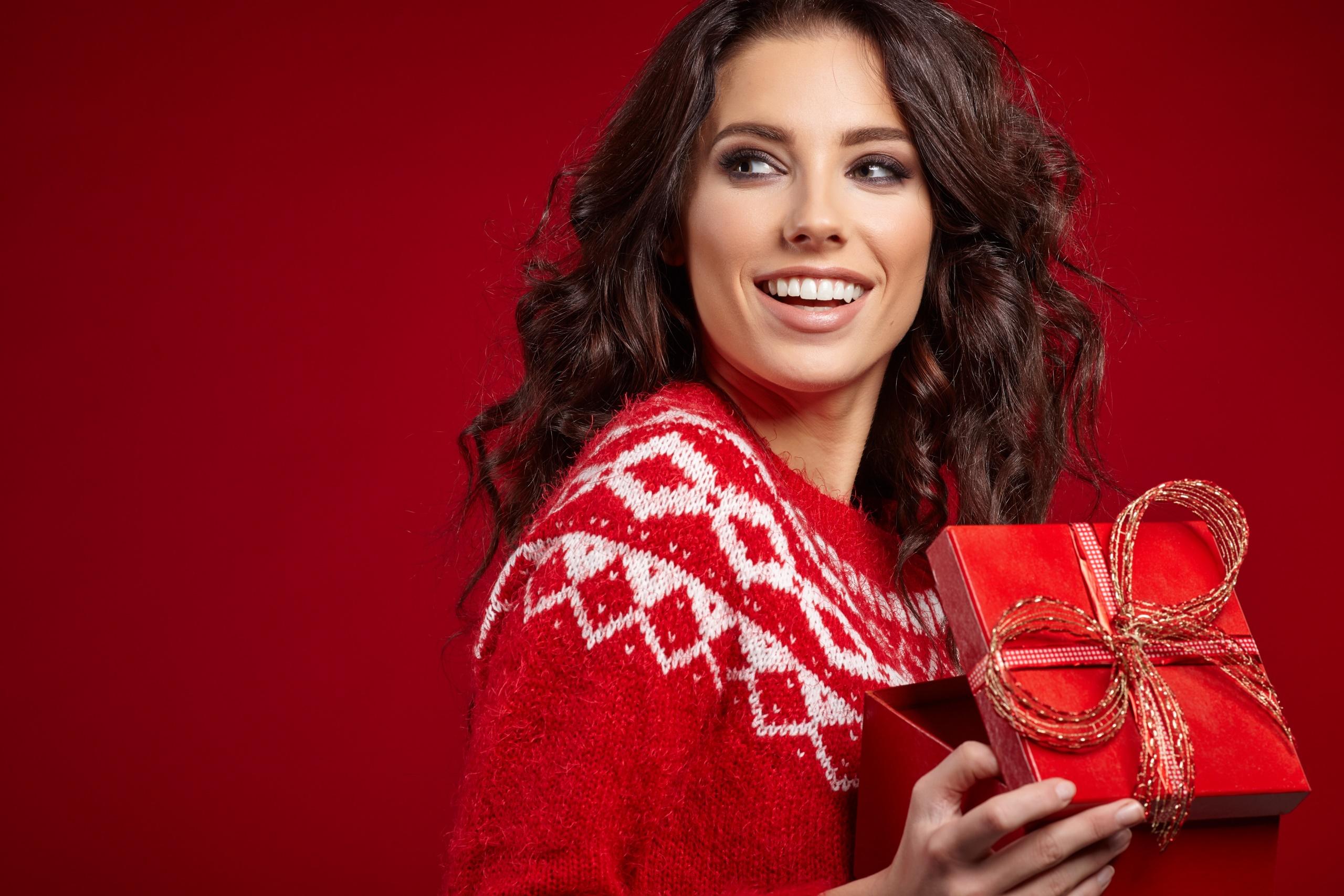 Geschenke Weihnachten Frau.Hintergrundbilder Geschenke Weihnachten Roter Hintergrund Frau