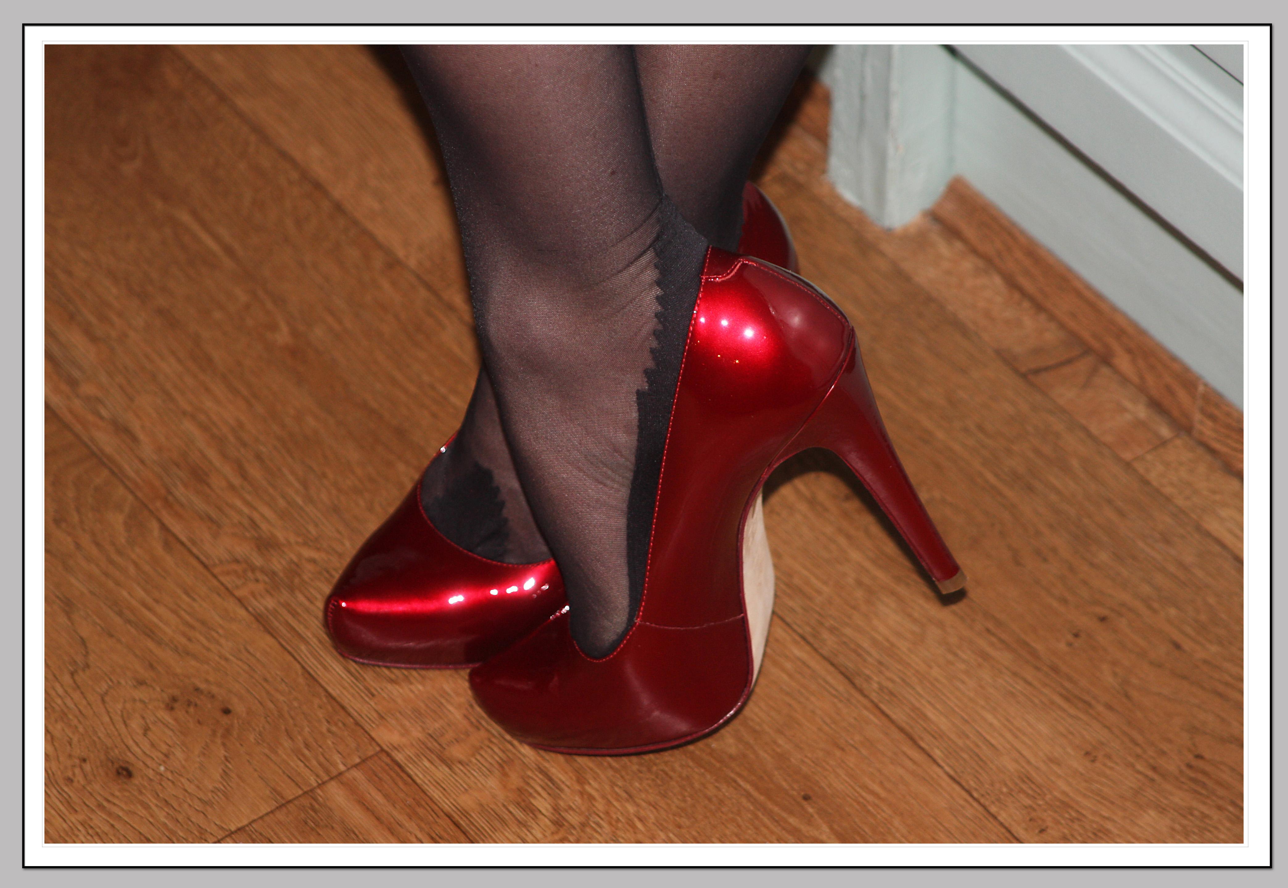 лижет в красных туфельках волчонок сноровисто
