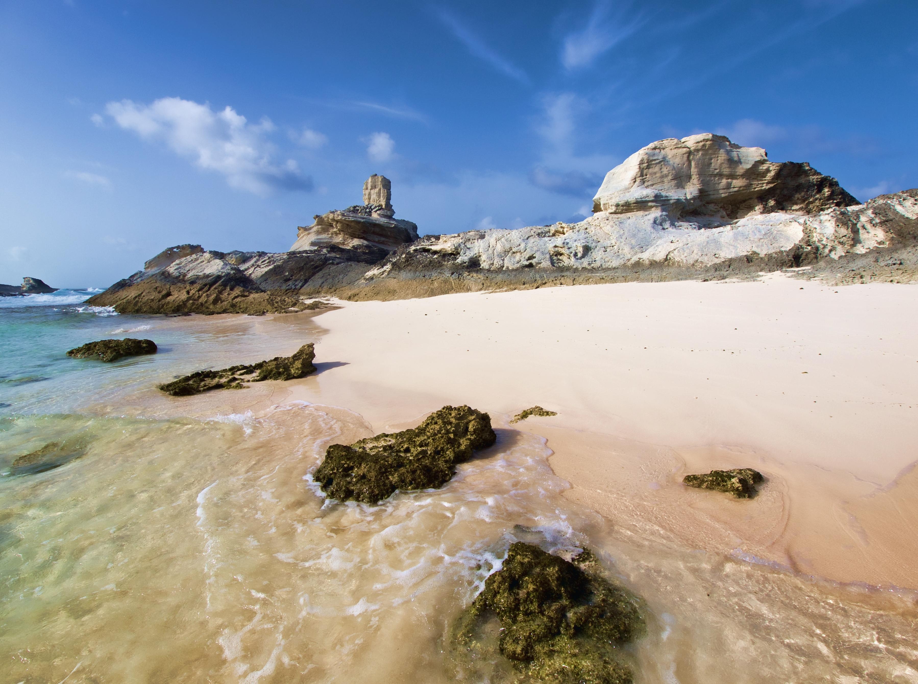 Морское побережье с белым песком фото