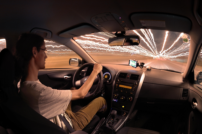 фото человека на фоне машины ночью гиперреалистичные
