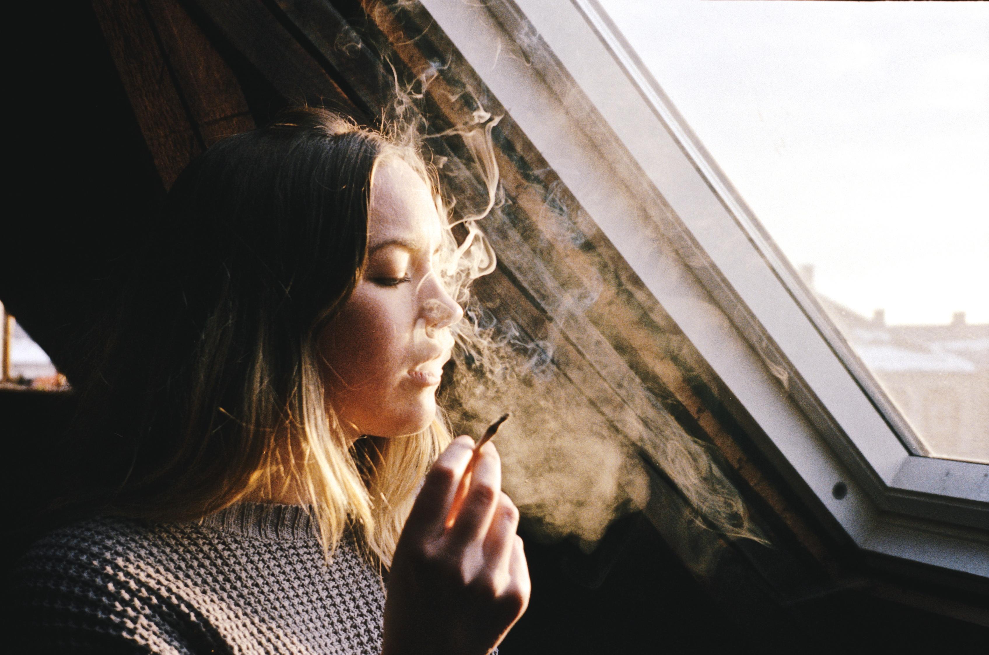 Картинки девушка курит плохо