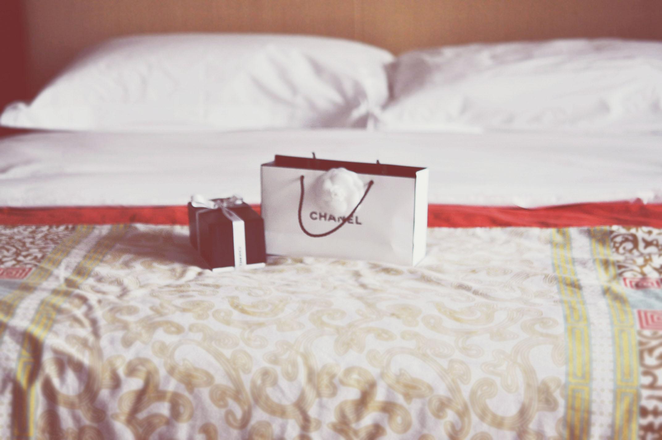 Sfondi camera cuscino camera da letto chanel borsa materiale mobilia tessile prodotto - Telaio del letto ...