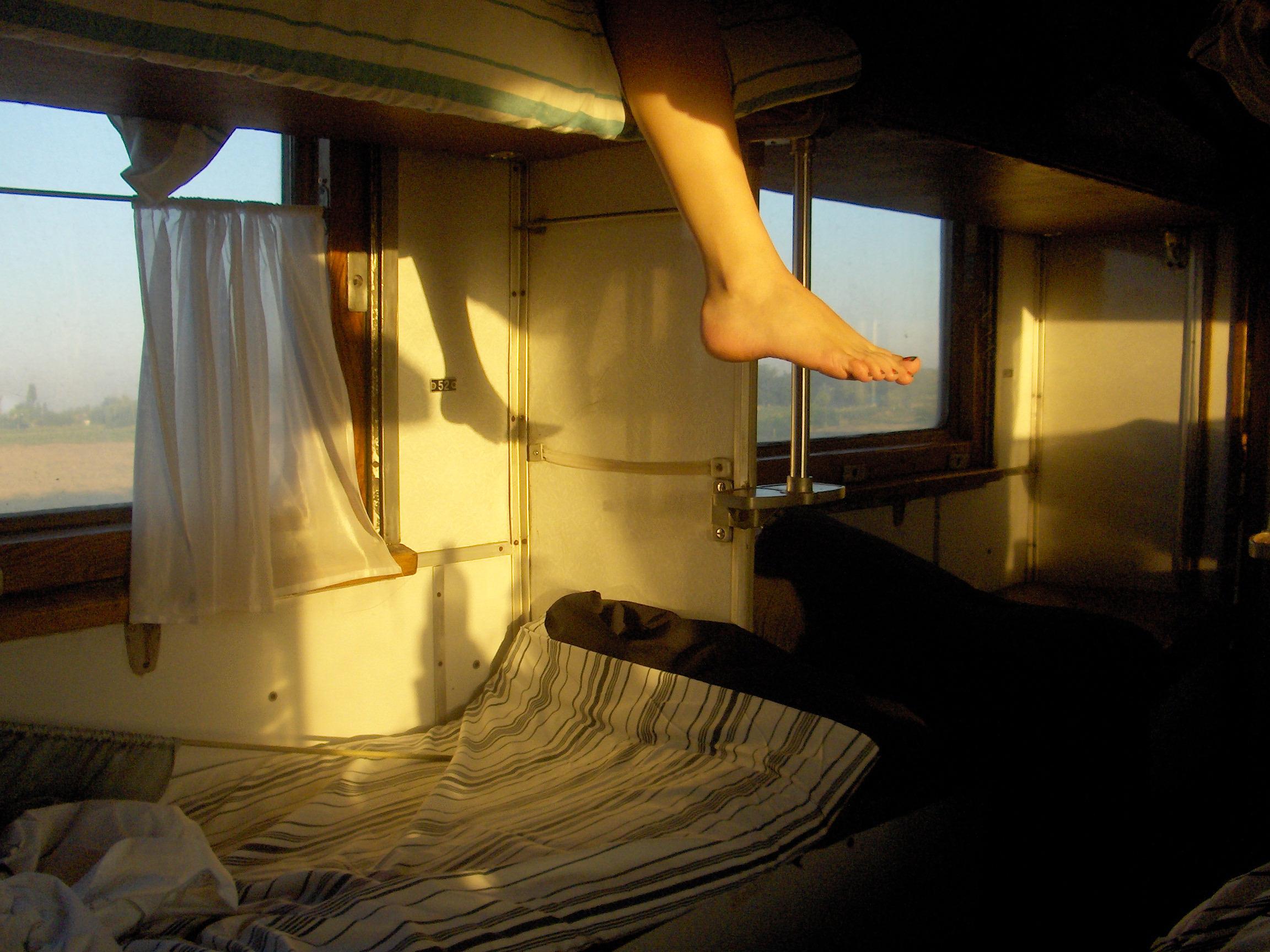 Длинные ноги в поезде фото