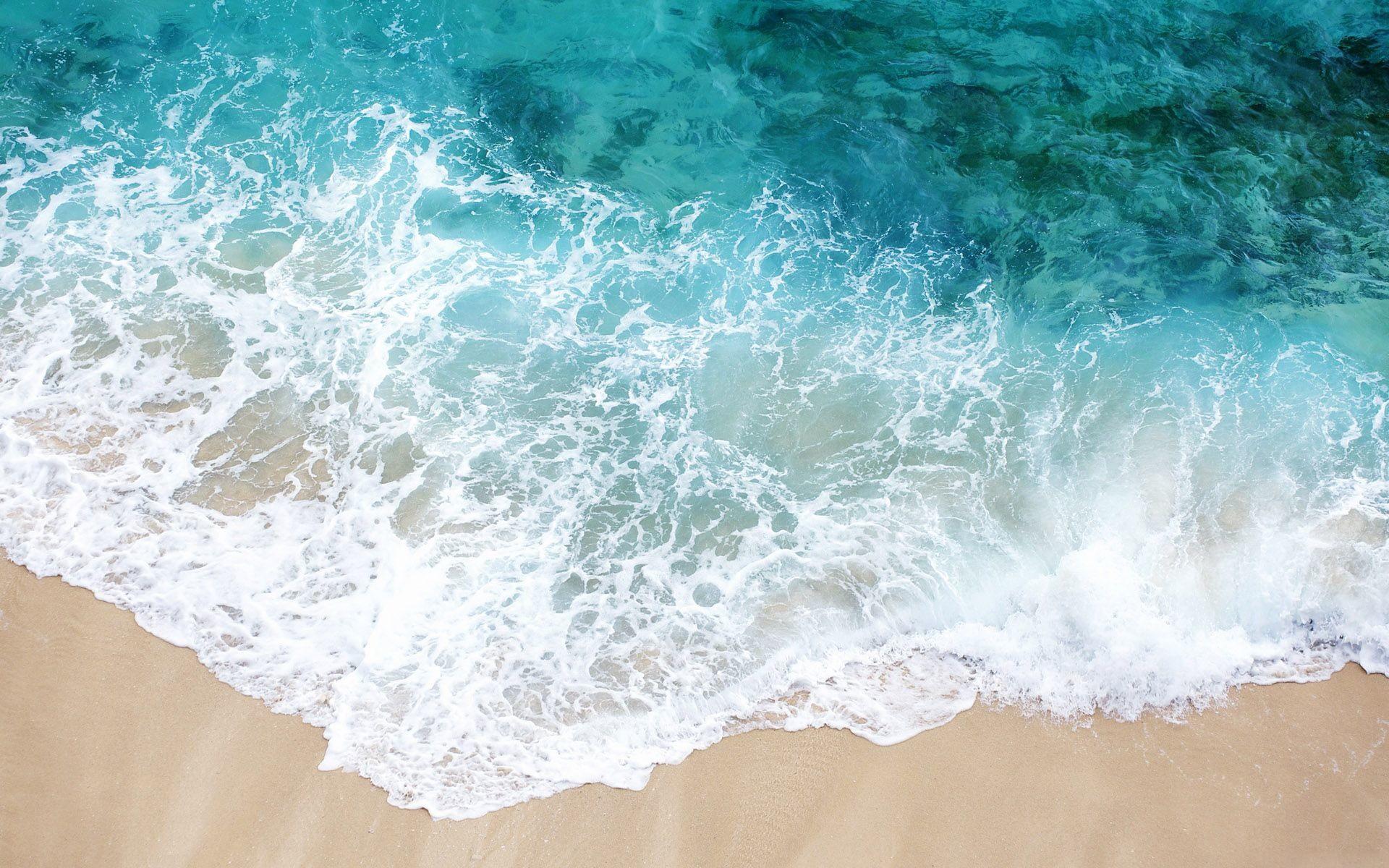 Белый песок и волны океана фото