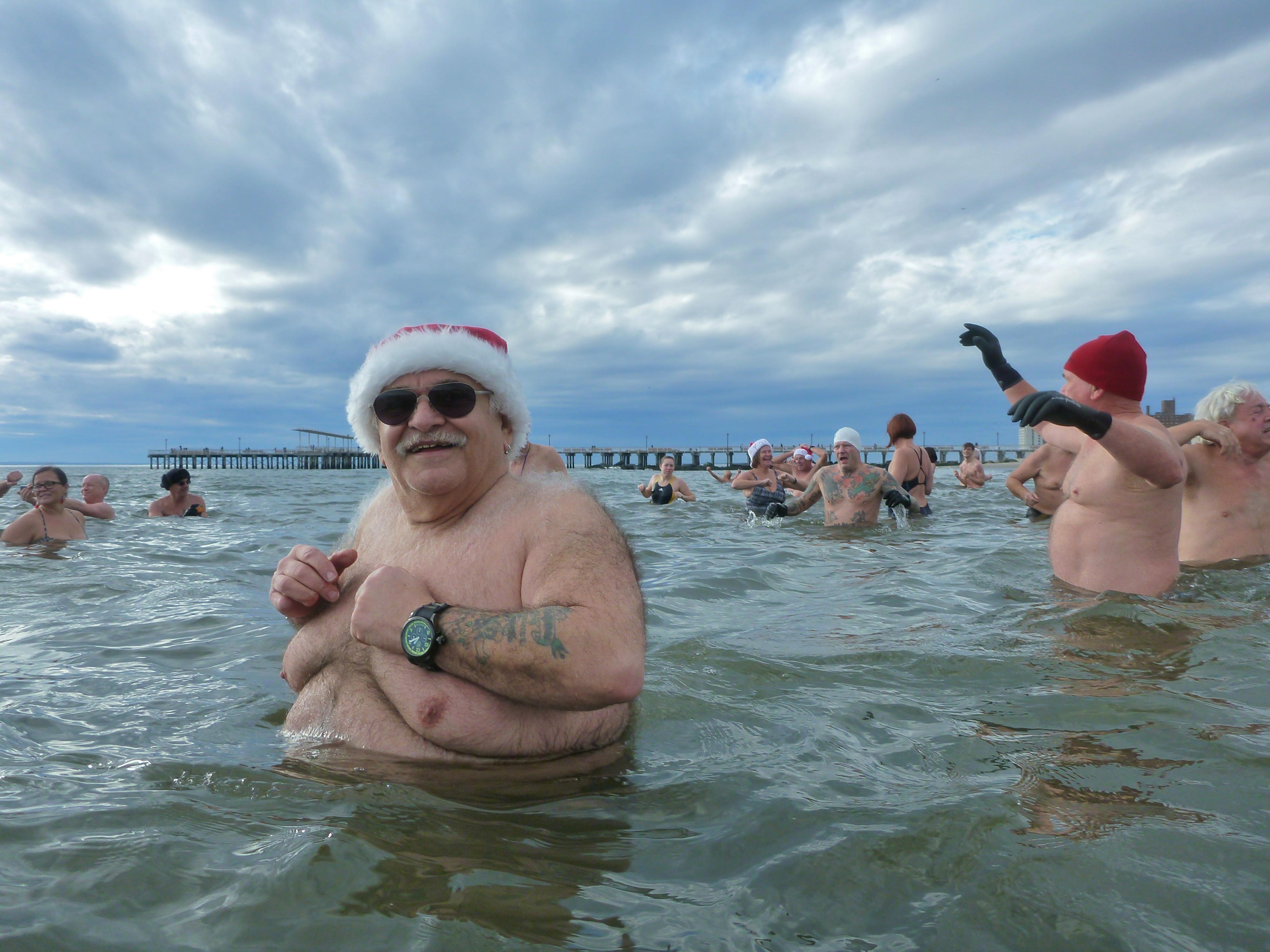 Sfondi Mare Acqua Sabbia Inverno Spiaggia Tatuaggio Guanti Turismo Freddo Gioia Isola Estate Bagnarsi Santa Costumi Da Bagno Simon Vacanza Brooklyn Nuotatore Tempo Libero Babbo Natale Oceano Onda Divertimento Tatuaggi Orso