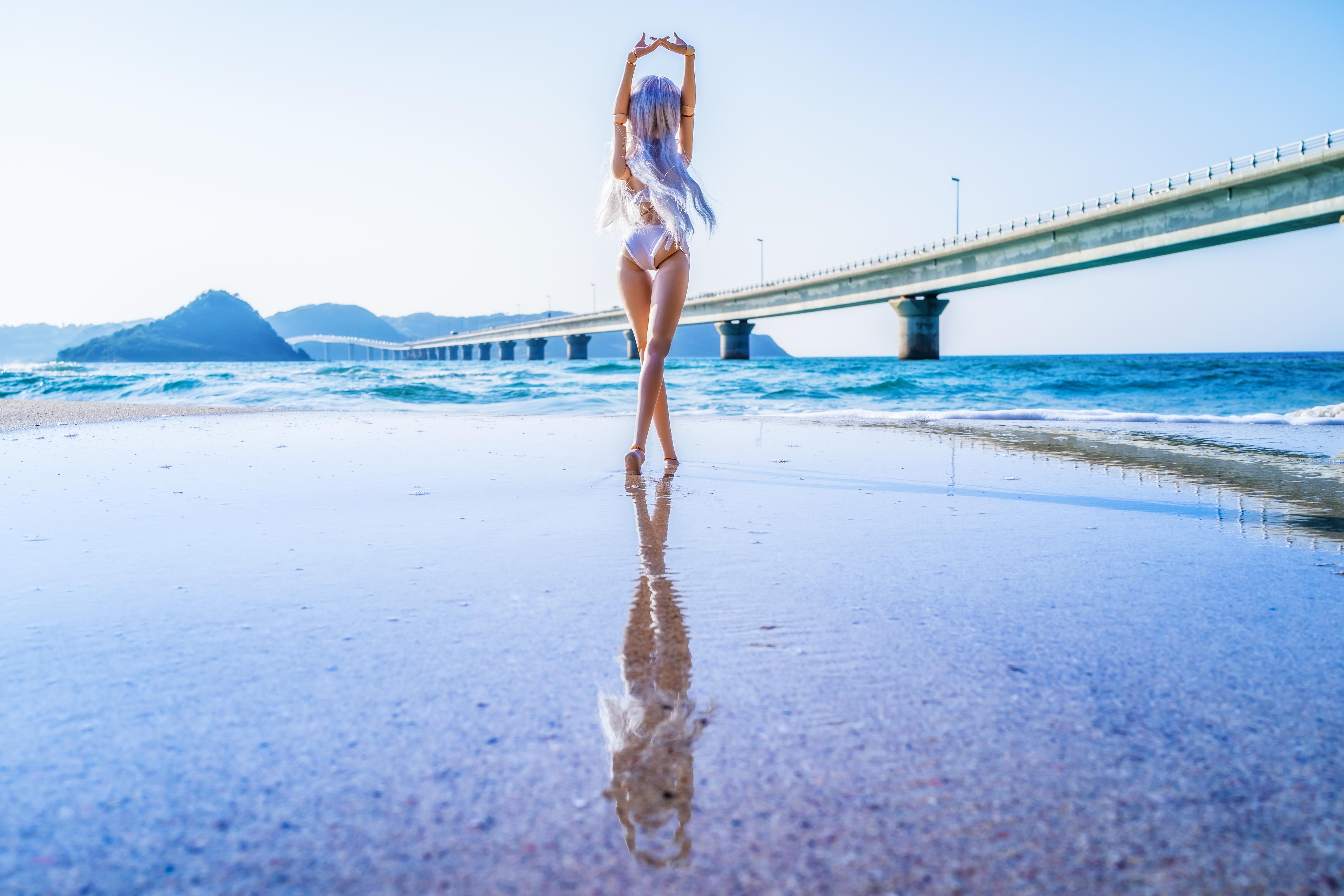 Scarica Giovane ragazza in tuta beige danza nella nuvola di polvere rosa e blu, alzando le mani con grazia sul colpo di studio foto stock 140150664 royalty-free.