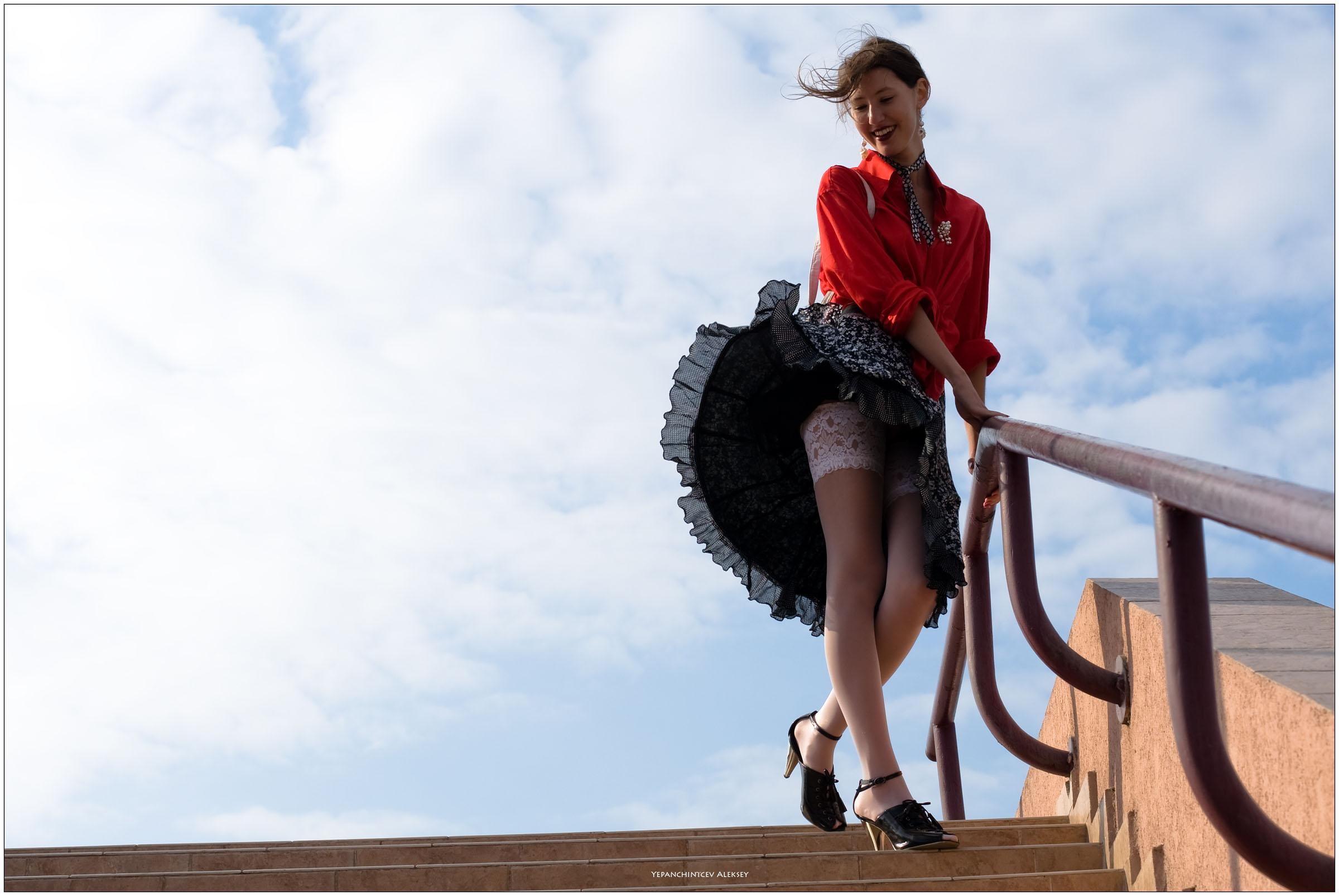 Офисе трахает девушкам ветер поднял юбку сосет фото порно