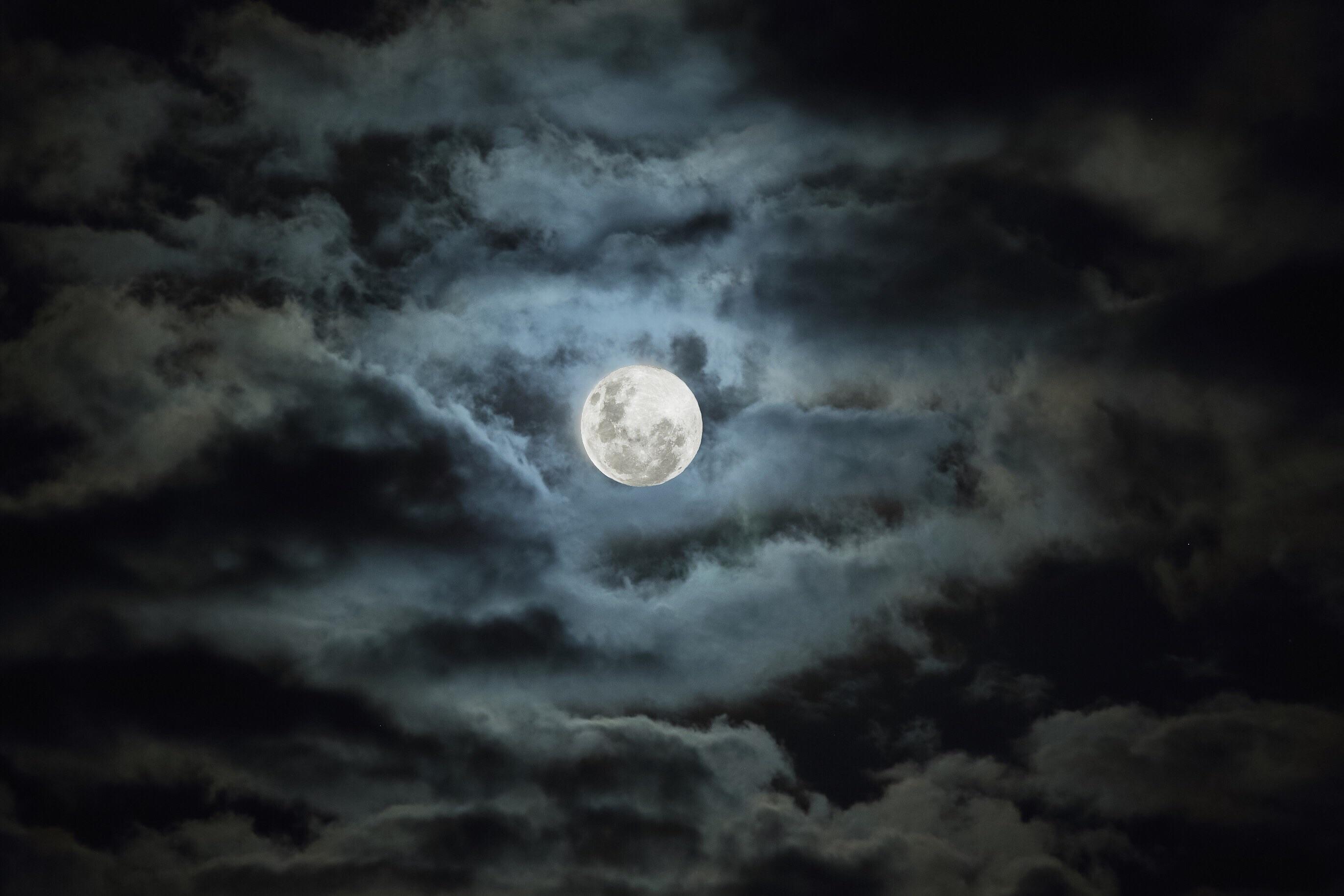 фотография луны в облаках производился двух основных