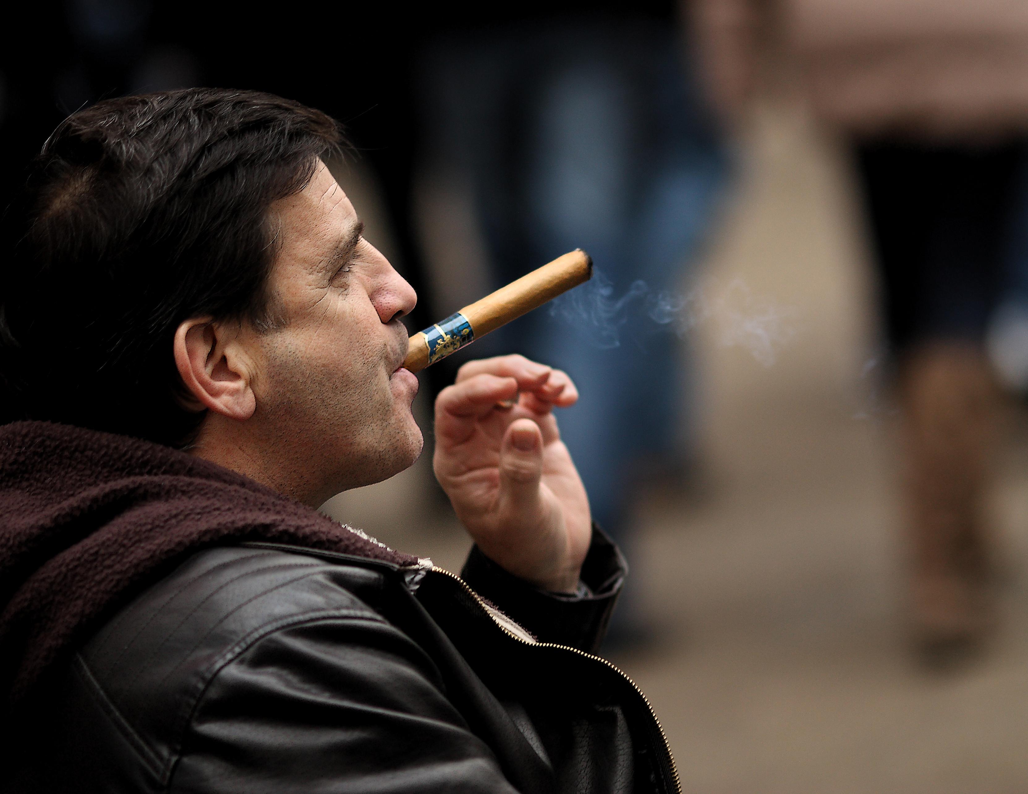 толстый мужик с сигаретой фото помни этом