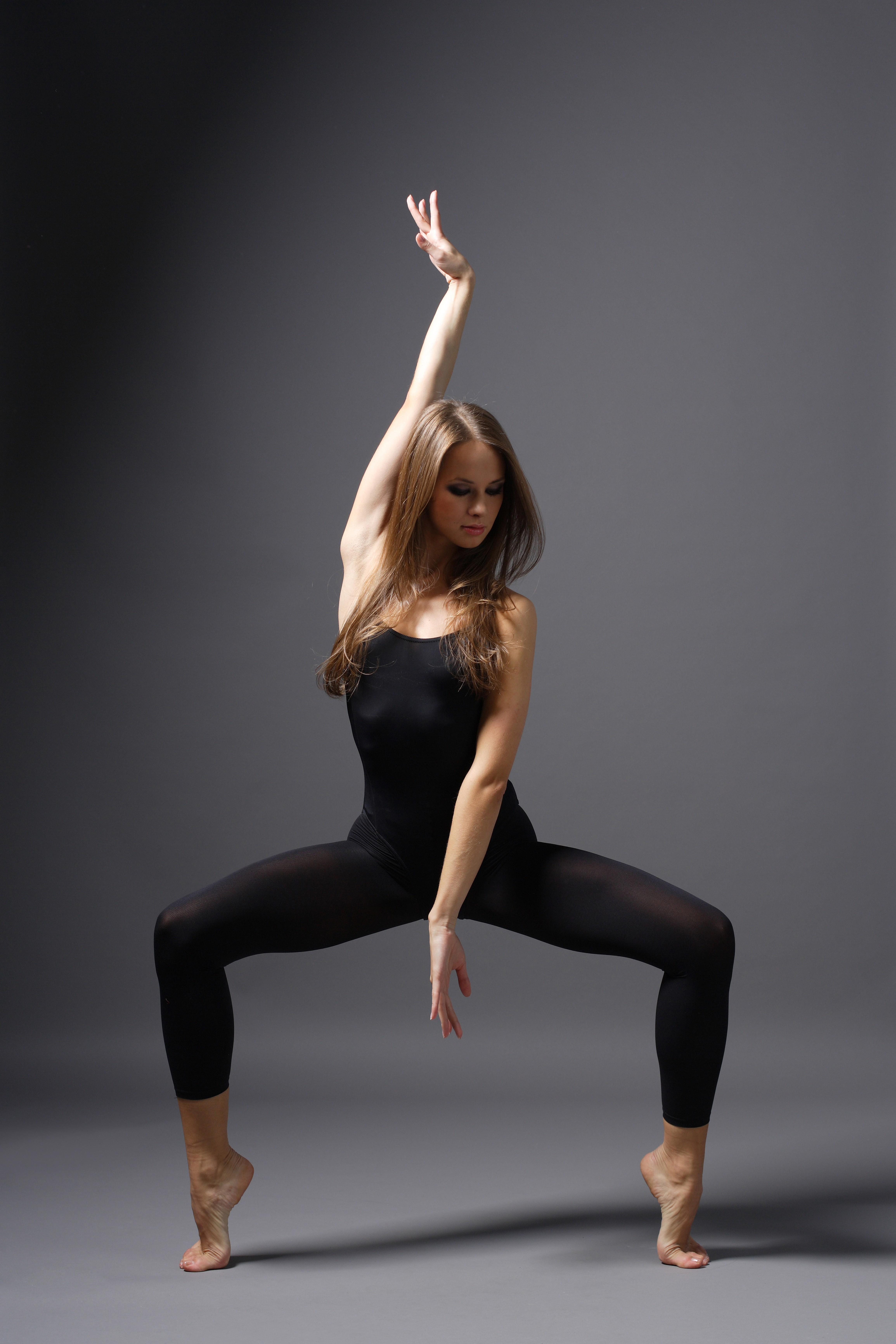 позы танцовщиц на фото вызвать затруднение может