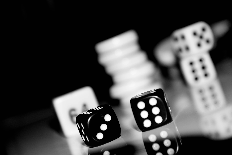 デスクトップ壁紙 反射 サイコロ 黒と白 被写界深度 マクロメディ Bw Dof スパゲリング 月 バックギャモン トンガリ レクリエーション モノクロ写真 屋内ゲーム スポーツ ボードゲーム ダイスゲーム 卓球ゲーム 6000x4000 デスクトップ
