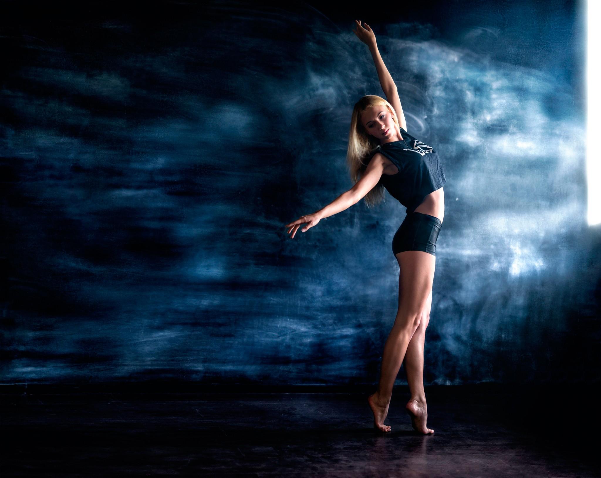 больше картинка когда девушка танцует то как она выглядит как была