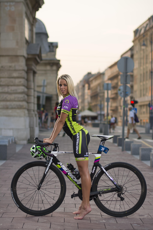 デスクトップ壁紙 屋外の女性 ブロンド 通り 長い髪 ポルノスター クリスティンコートニー お尻 ハンガリー語 スポーツウェア 裸足 都市 ポートレート表示 建物 口を開ける 女性と自転車 ビューアを見て トライアスロン タイトな服 車両 自転車