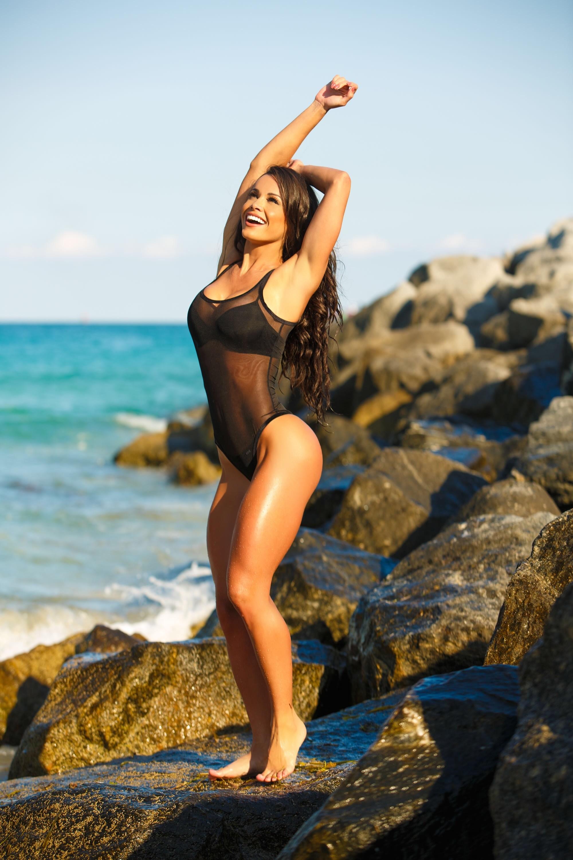 Sfondi gli sport donne all 39 aperto mare sabbia brunetta seduta fotografia spiaggia - Costumi da bagno ragazza ...