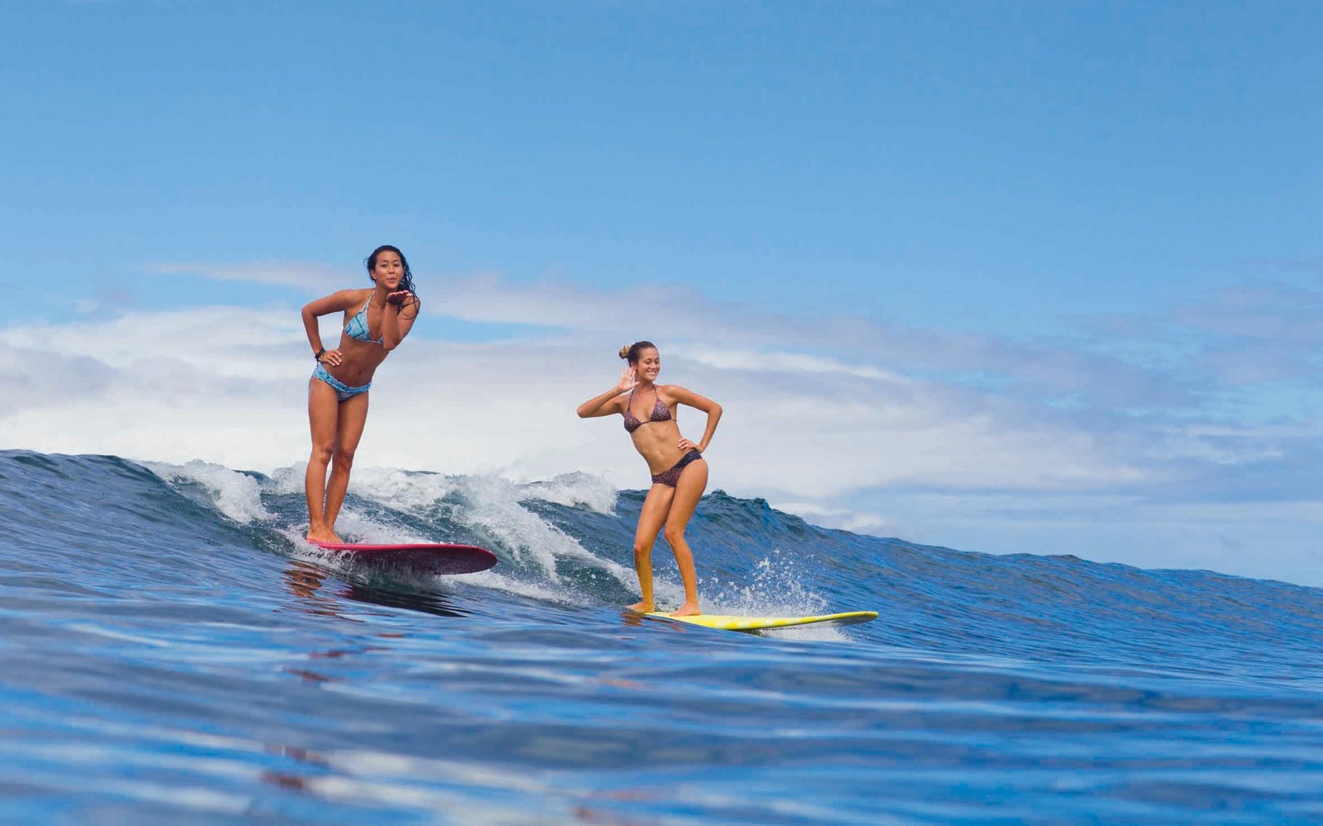 デスクトップ壁紙 屋外の女性 海 サーフボード ビキニ