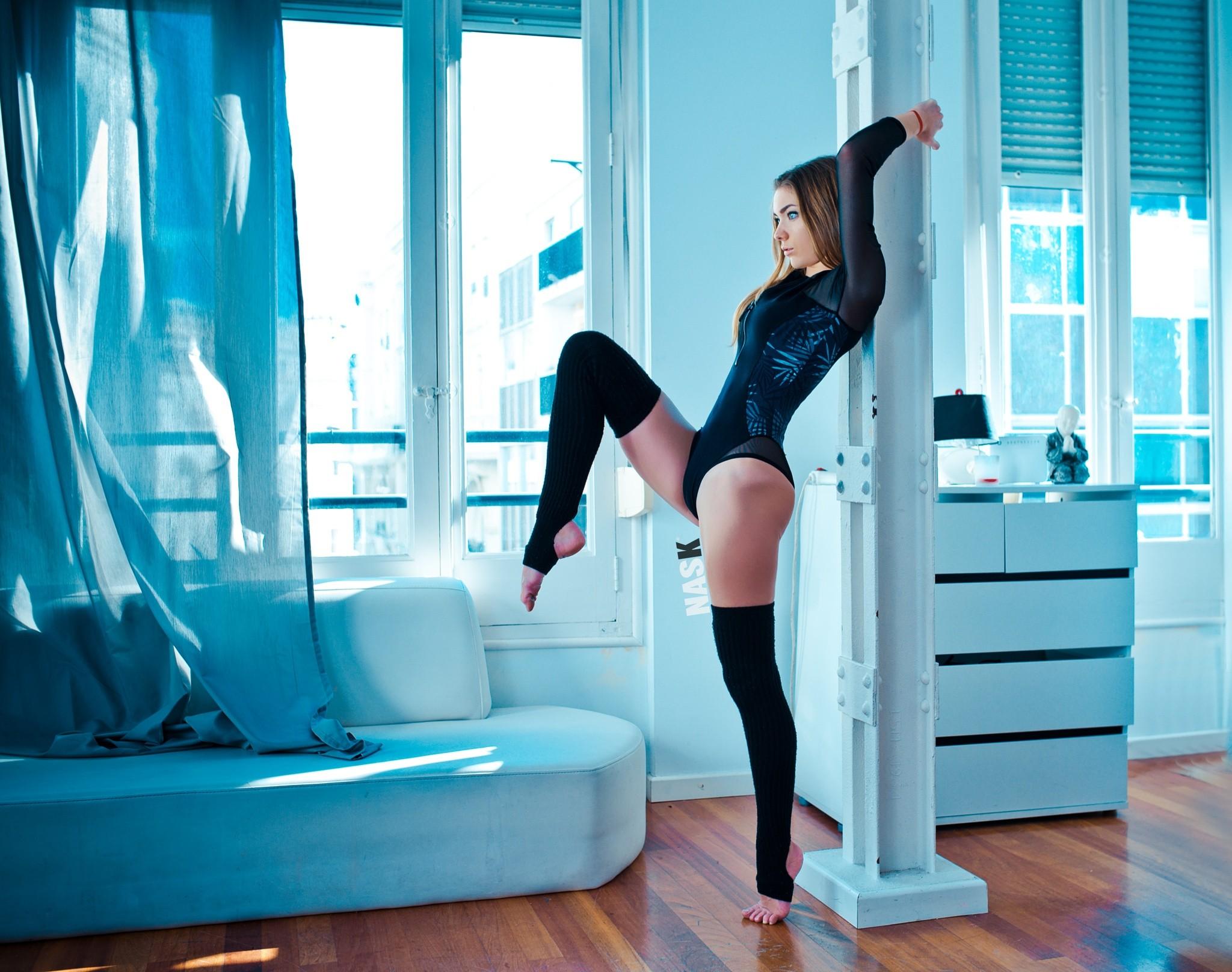 Короткой юбке сексуальные телки в спортивном трико обои сабриной дееп