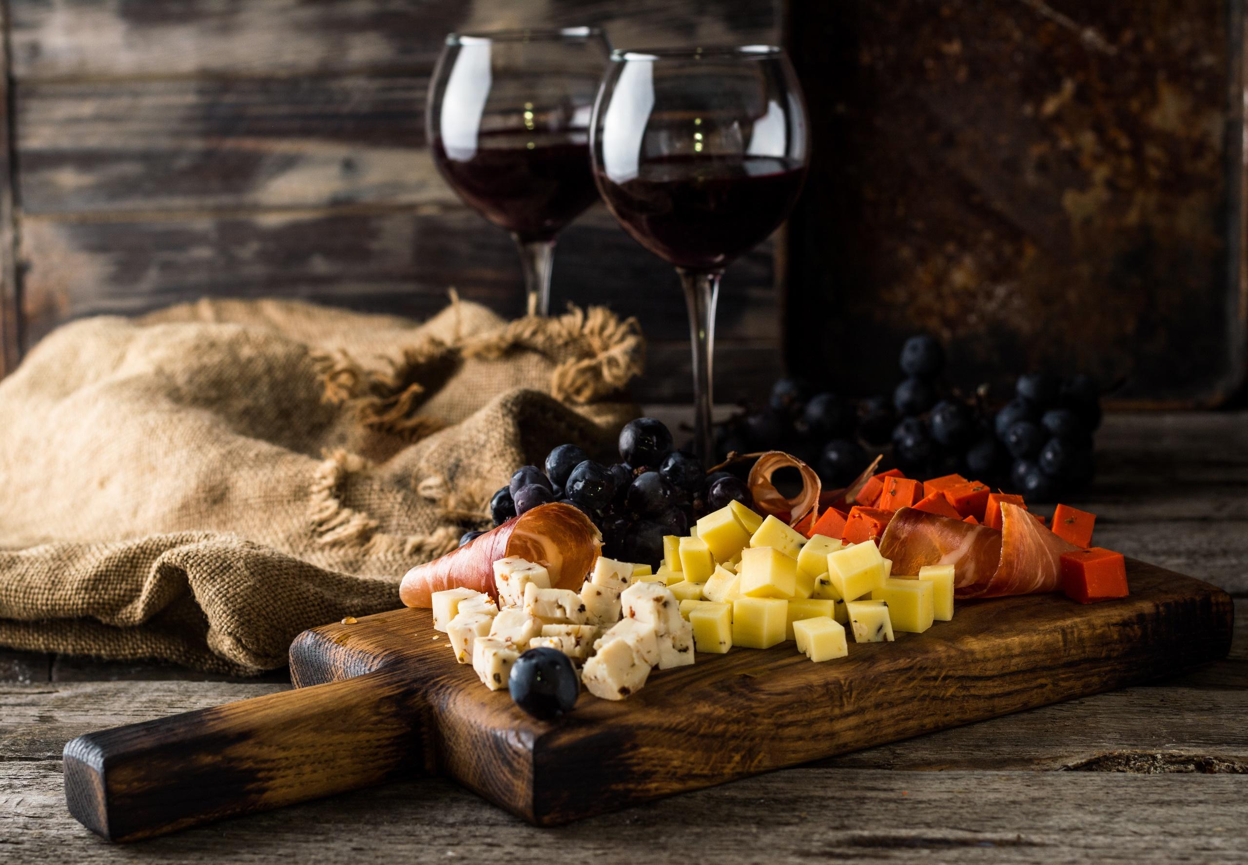 Обои красное, бокалы, виноград, бутылка, вино, доска. Еда foto 18