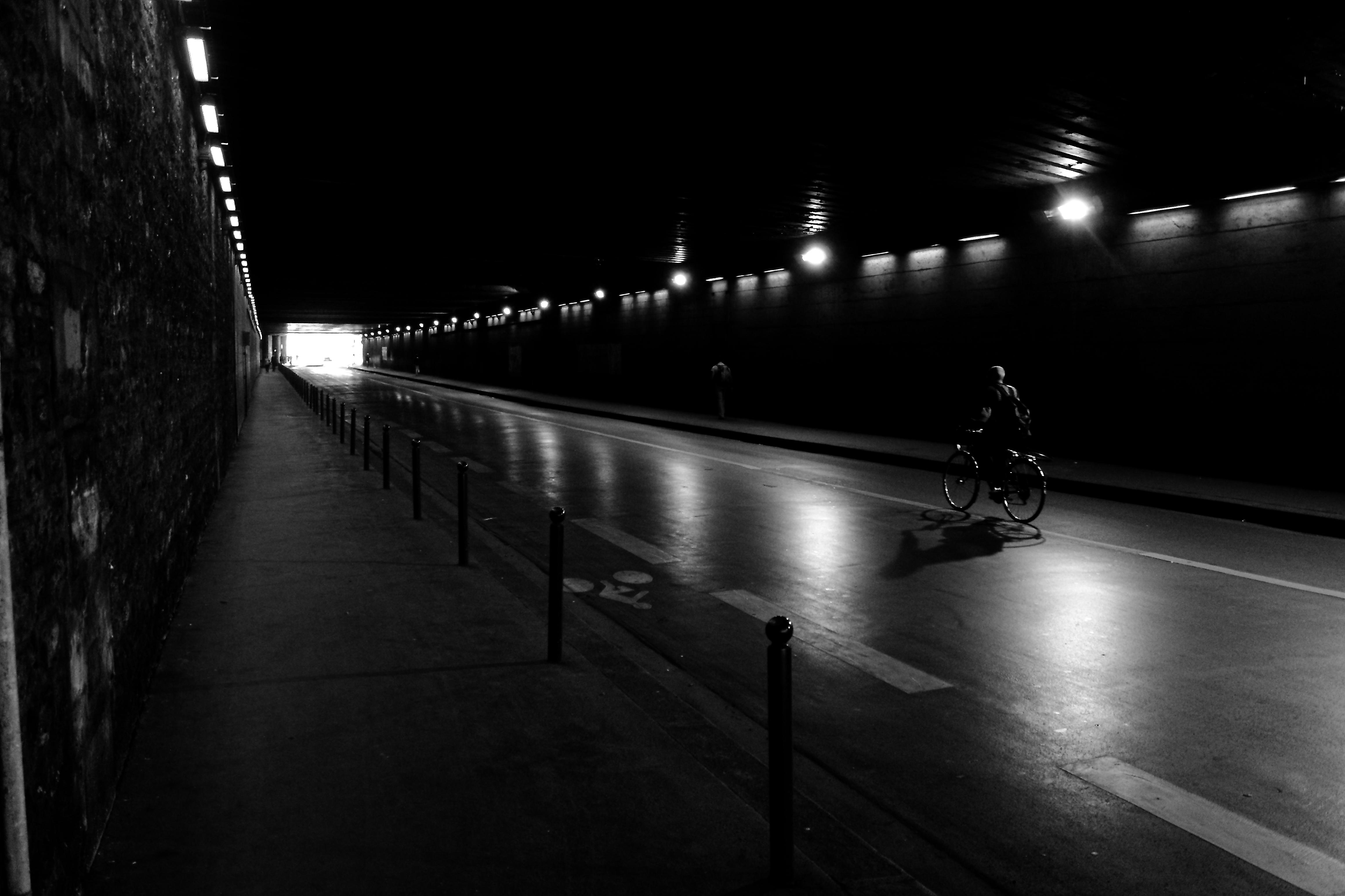 デスクトップ壁紙 街路灯 通り 建築 反射 空 影 イブニング 雰囲気 トンネル シャネル アスファルト ノワール 真夜中 インフラ 角度 Velo 光 エリア 点灯 自転車 ストリートビュー ライン 闇 後ろの ノワレブラン 黒と黒 フォトデコーダ