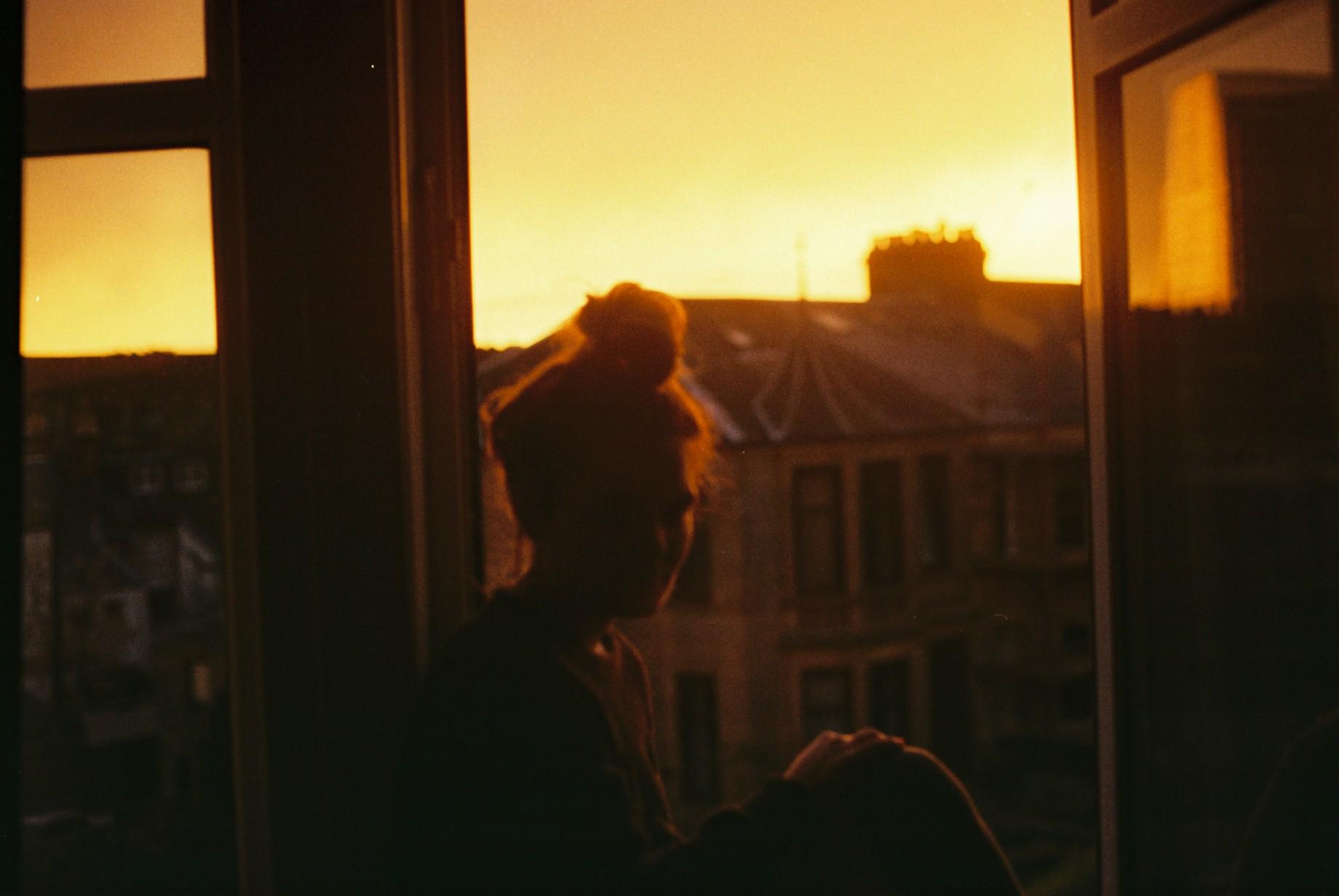 Силуэт девушки на окне фото