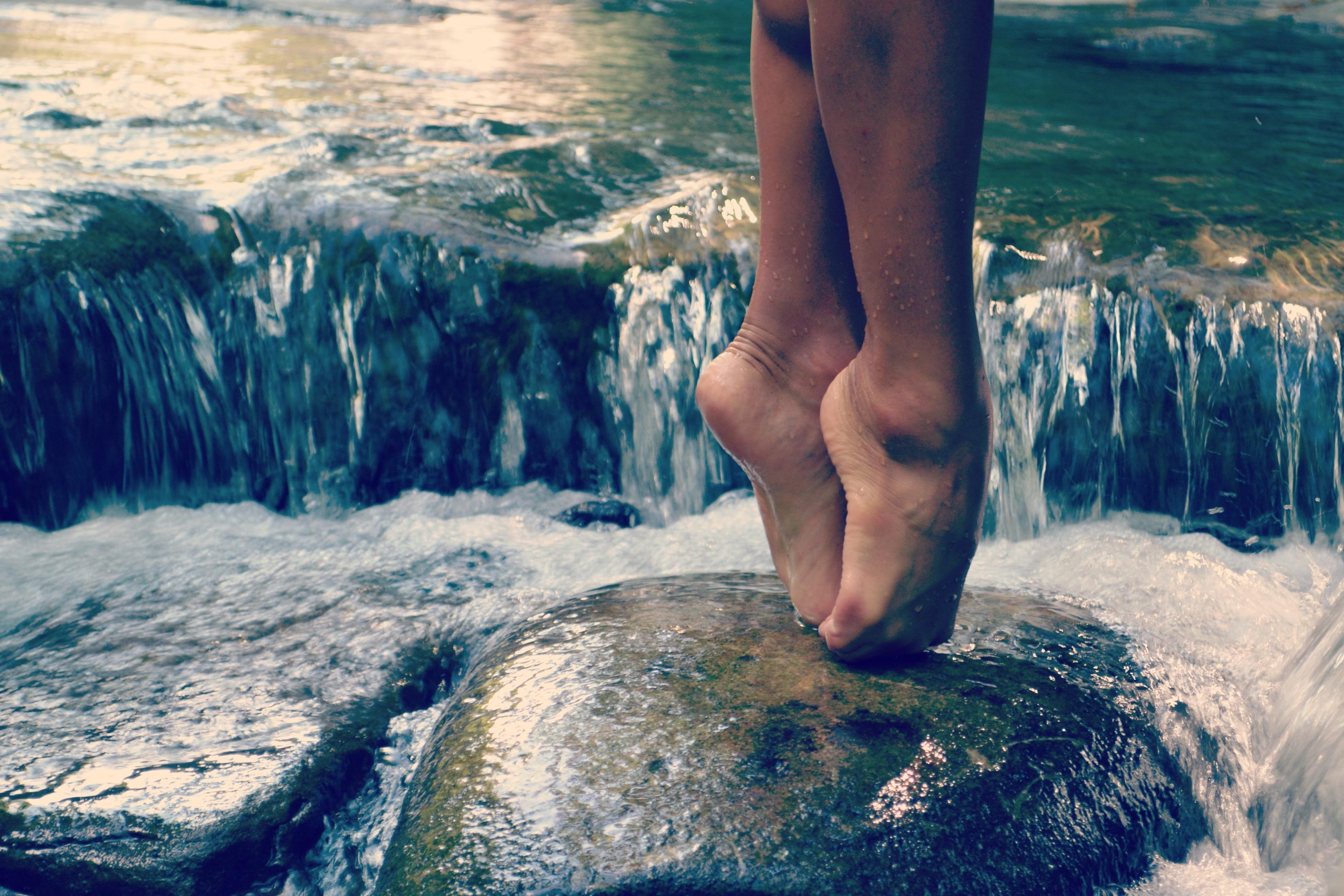 ноги девушки в воде фото - 3