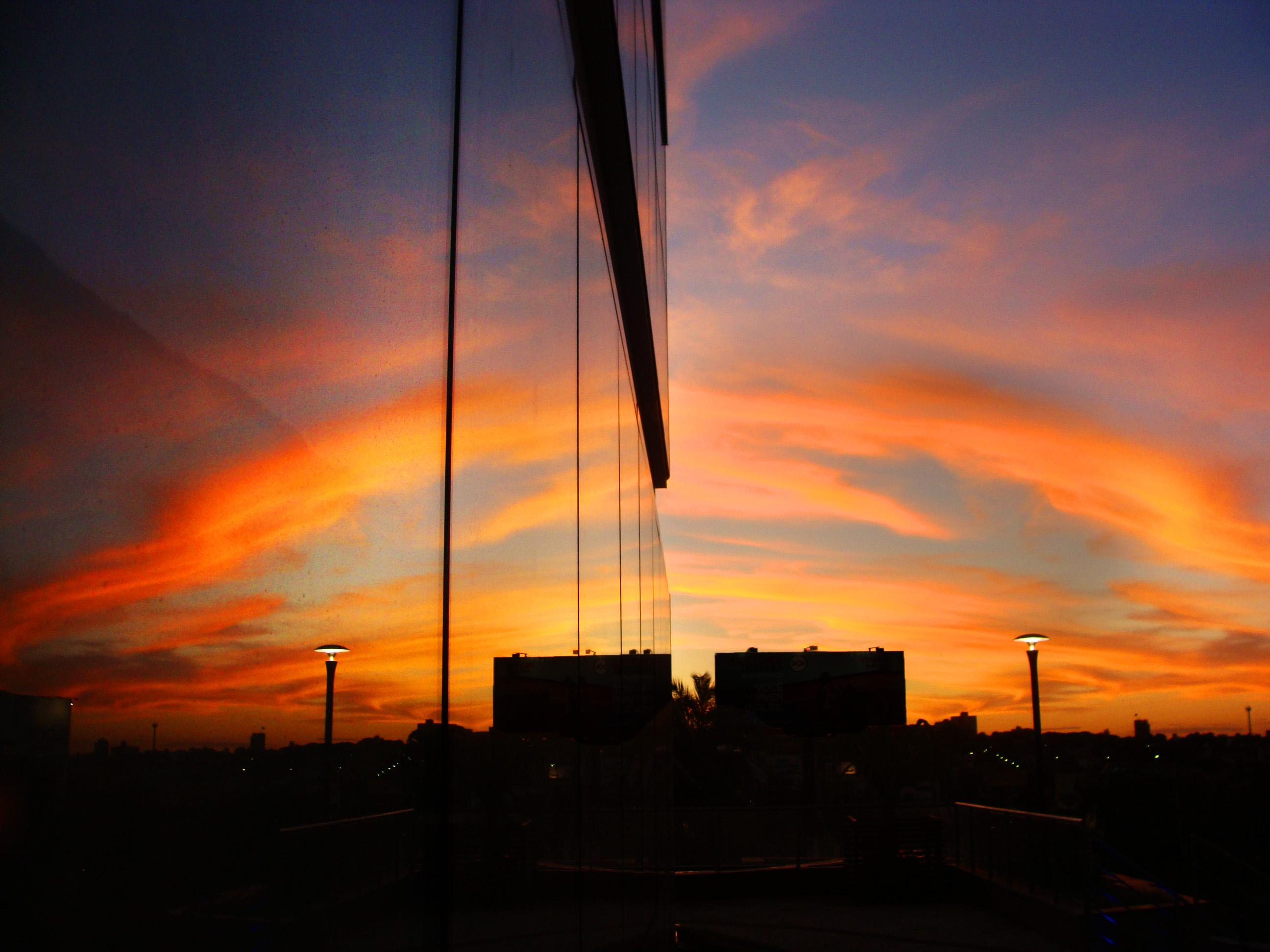 デスクトップ壁紙 日光 コントラスト カラフル 黒 ダーク 日没 建物 反射 シルエット 雲 日の出 スカイライン 青 コーヒー イブニング ガラス 鏡 マジック 太陽 オレンジ 地平線 雰囲気 夕暮れ ブラジル 午後 ノスタルジックな 電気 国土