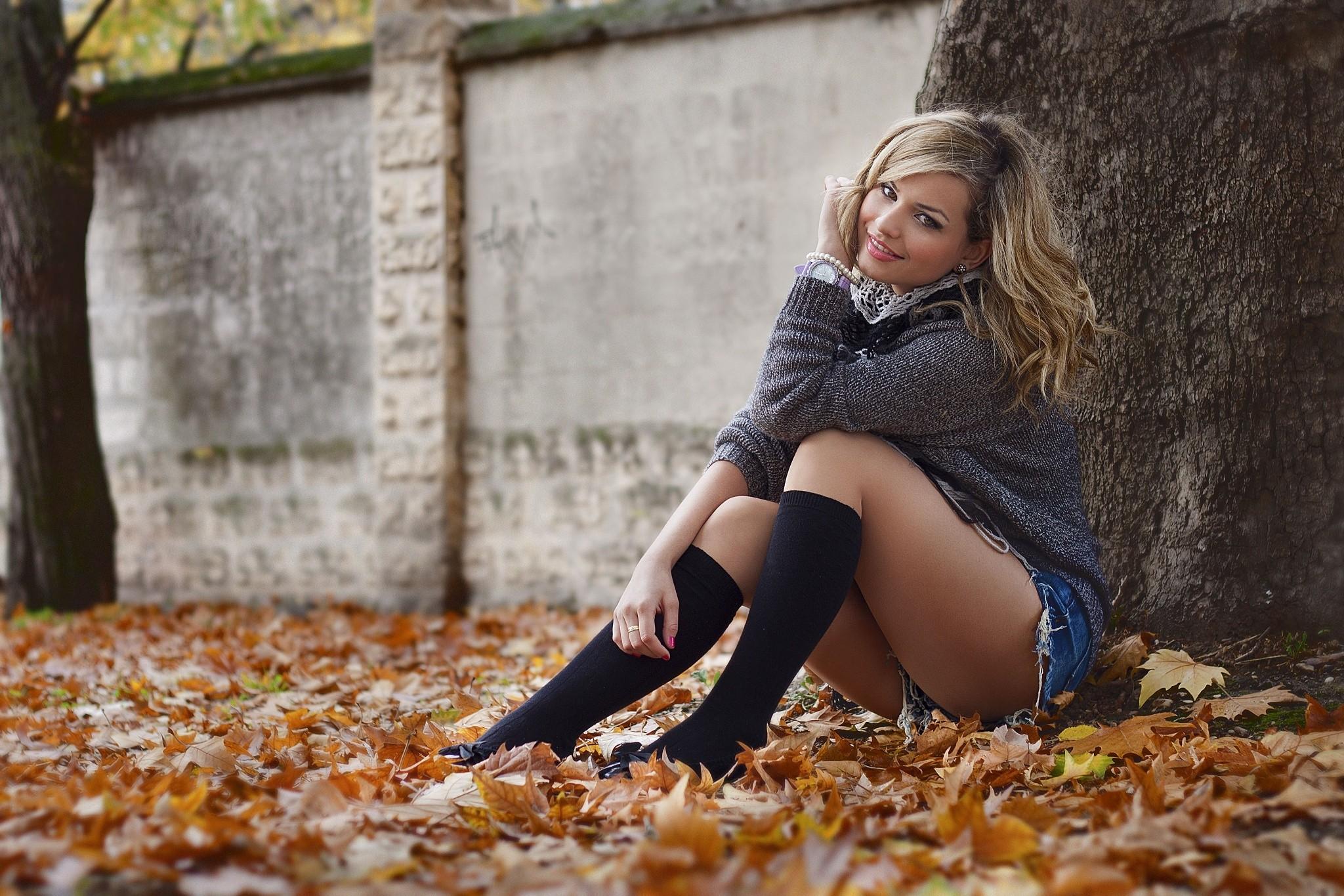 Hintergrundbilder : Sonnenlicht, fallen, Blätter, Frauen im