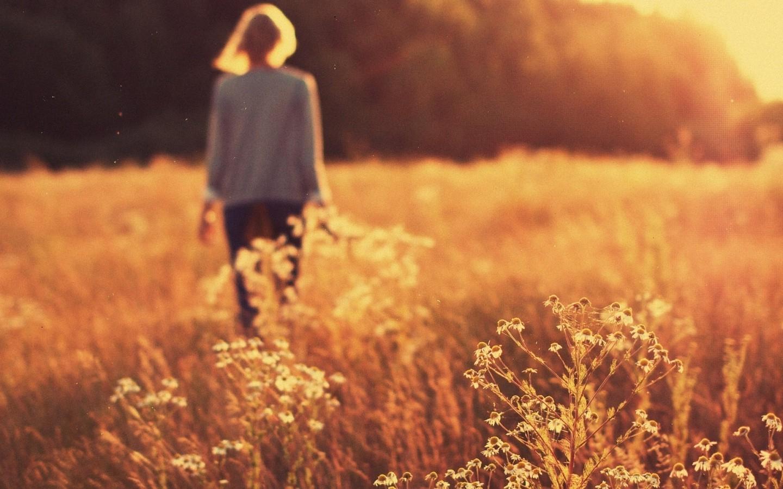Фото девушек в поле с короткими волосами