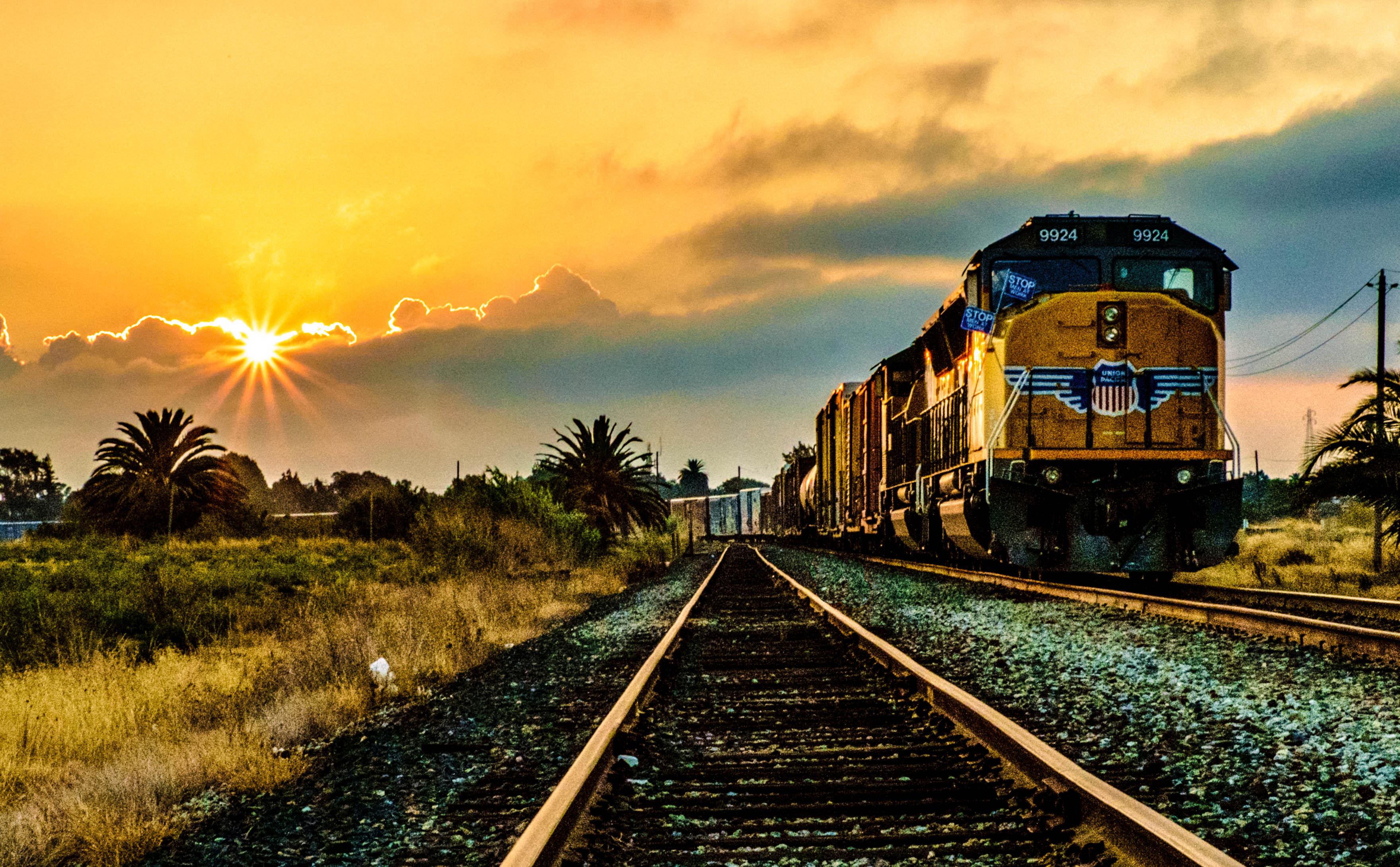 отличительной картинки поезда на закате расскажу