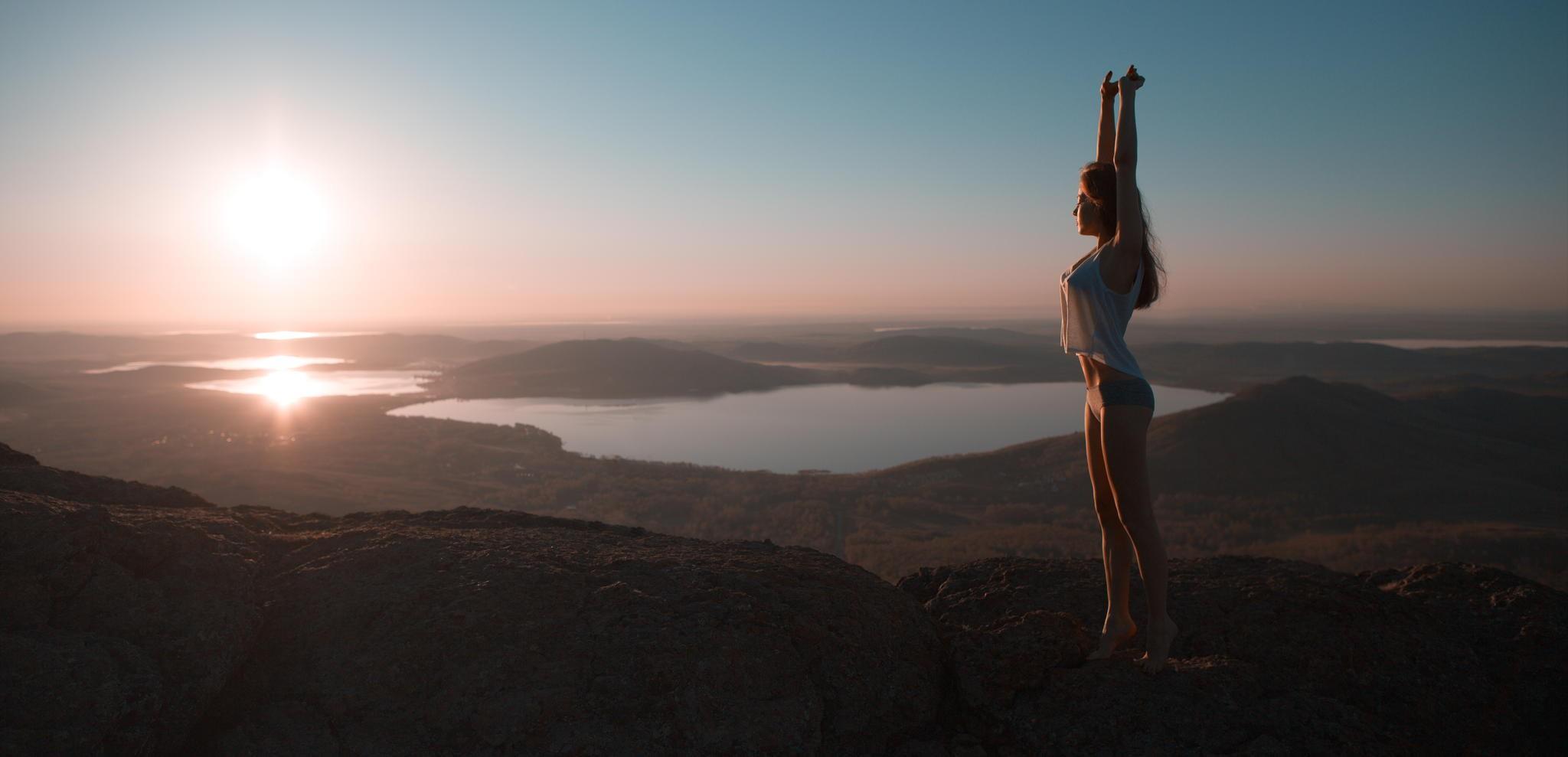 террорист брюнетка танцует на фоне гор раньше она была
