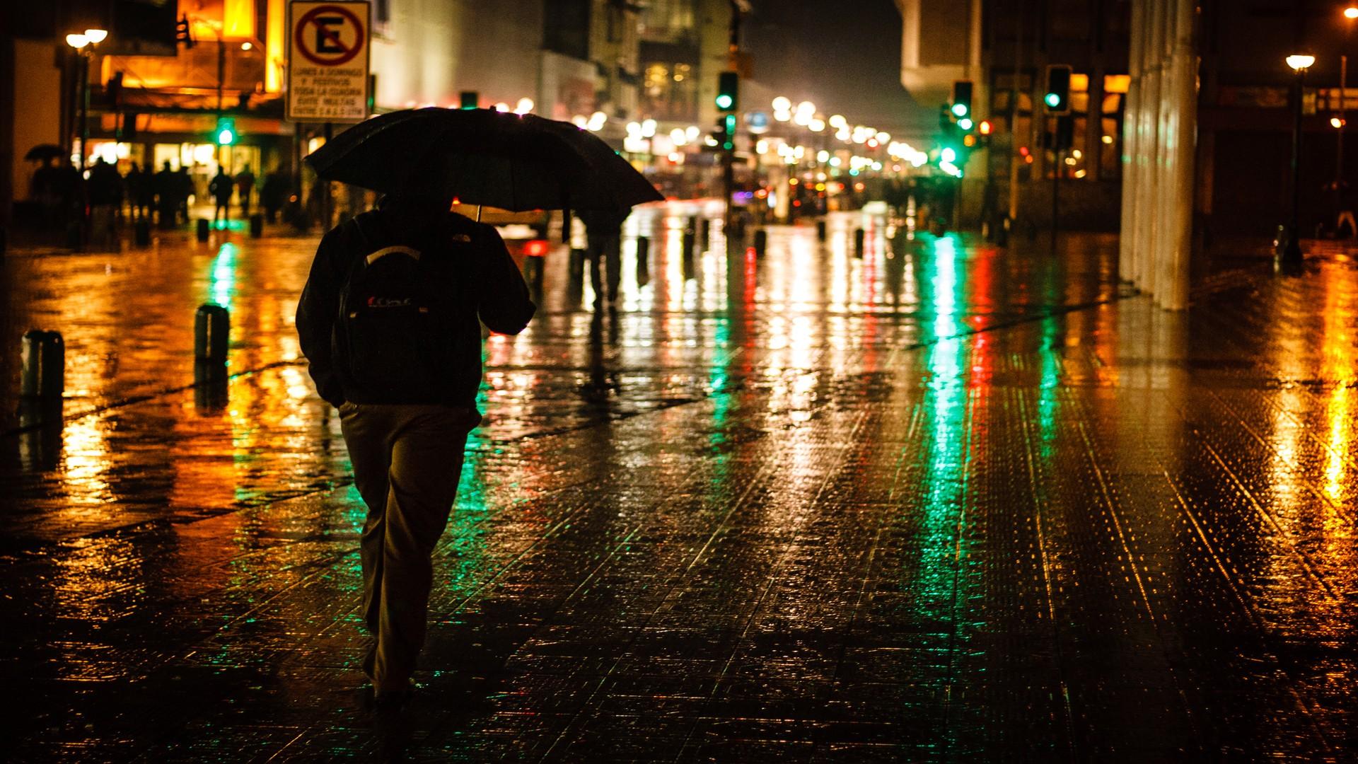 листовой фото парень идет ночью в дождь часть времени фактически
