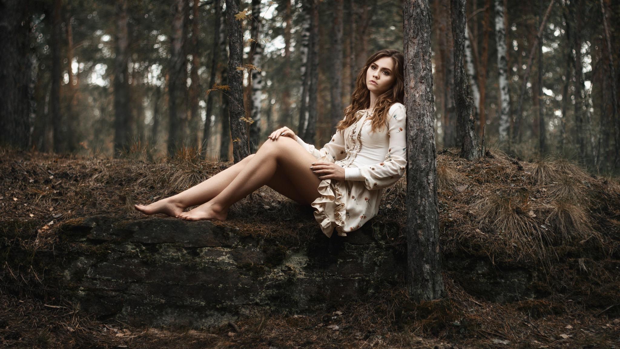 Женщина и двое мужчин делали это в лесу заросшие телки