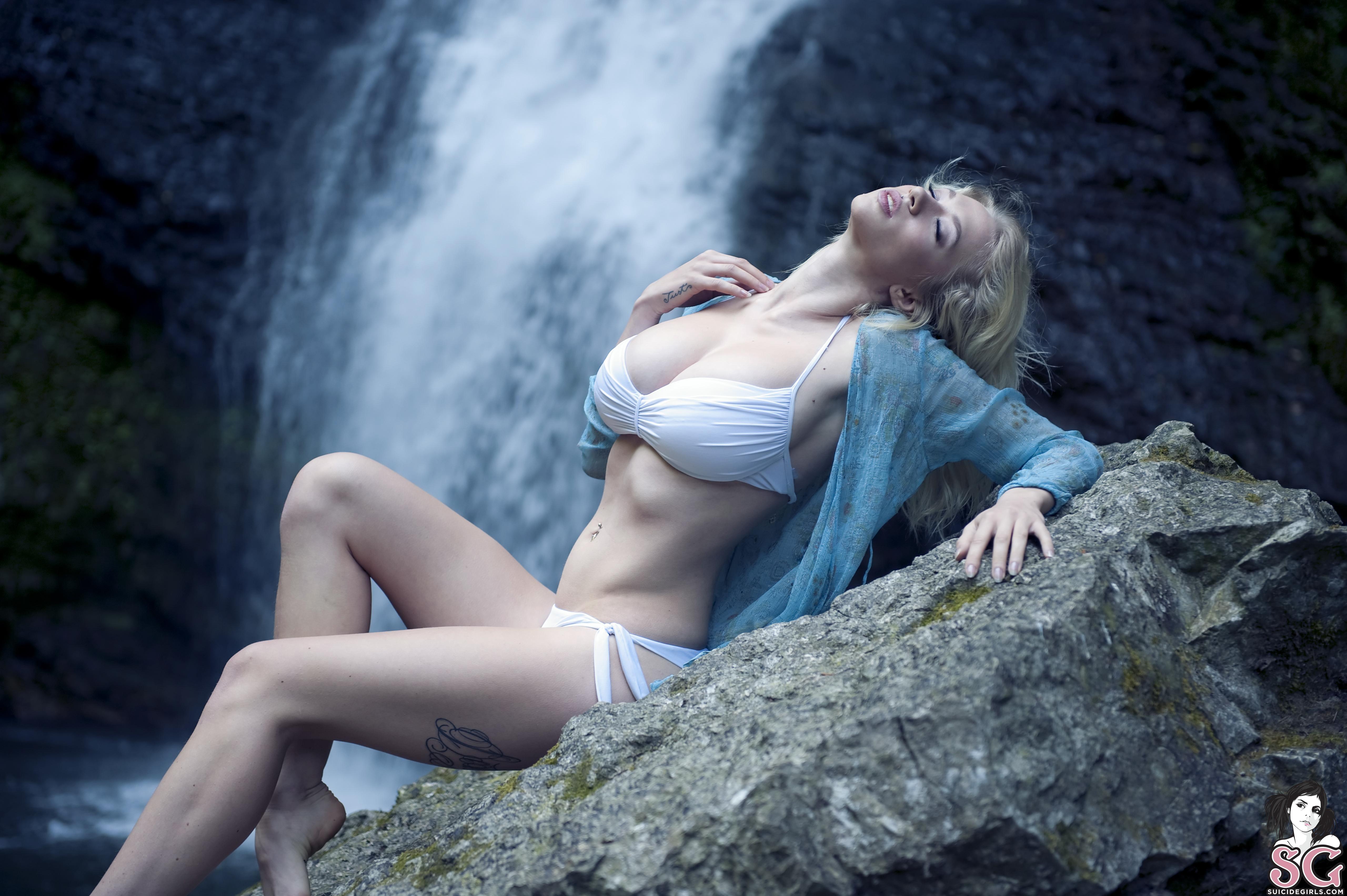 Лесбиянки у водопада