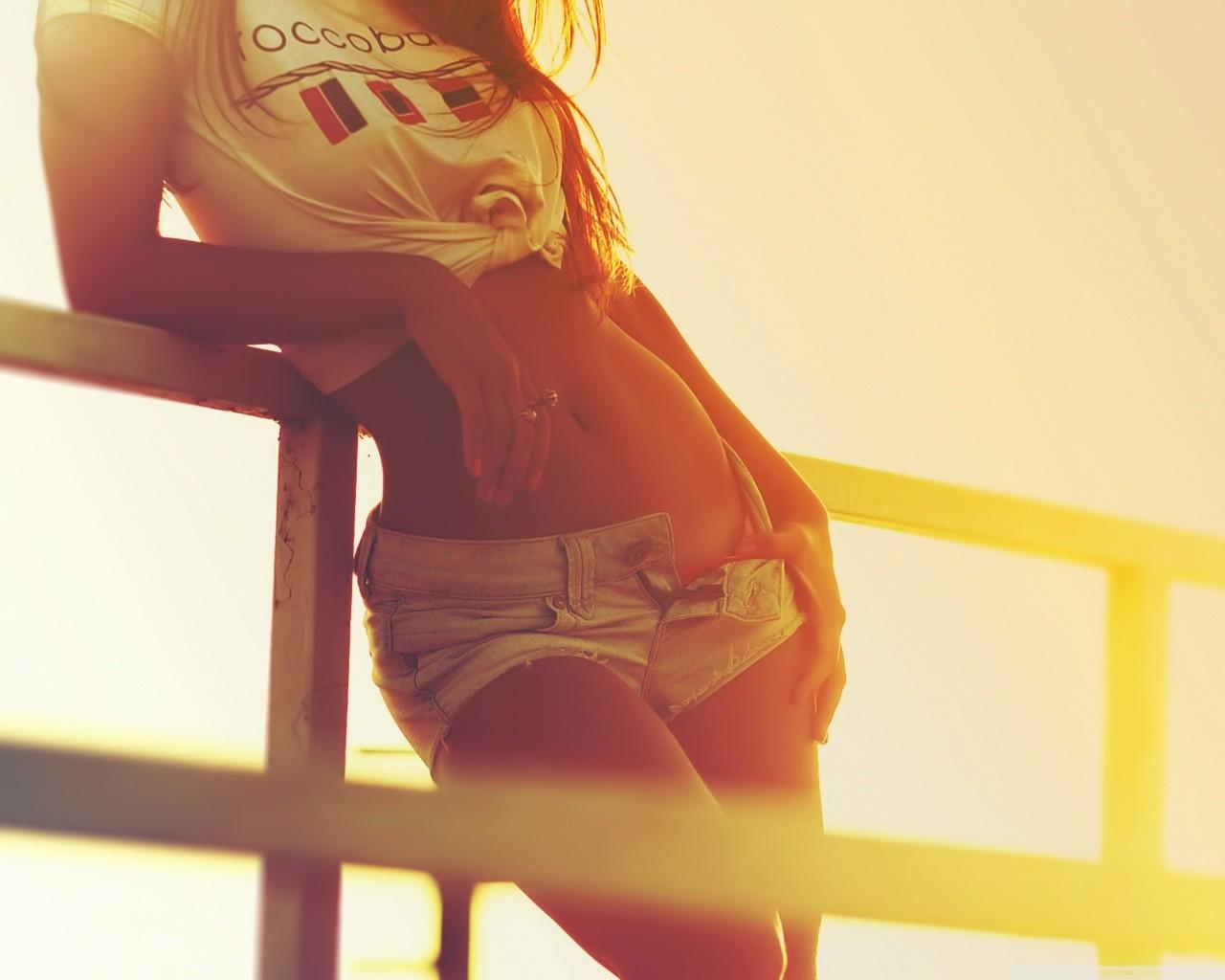 Гифки девушка снимает мини шорты фото