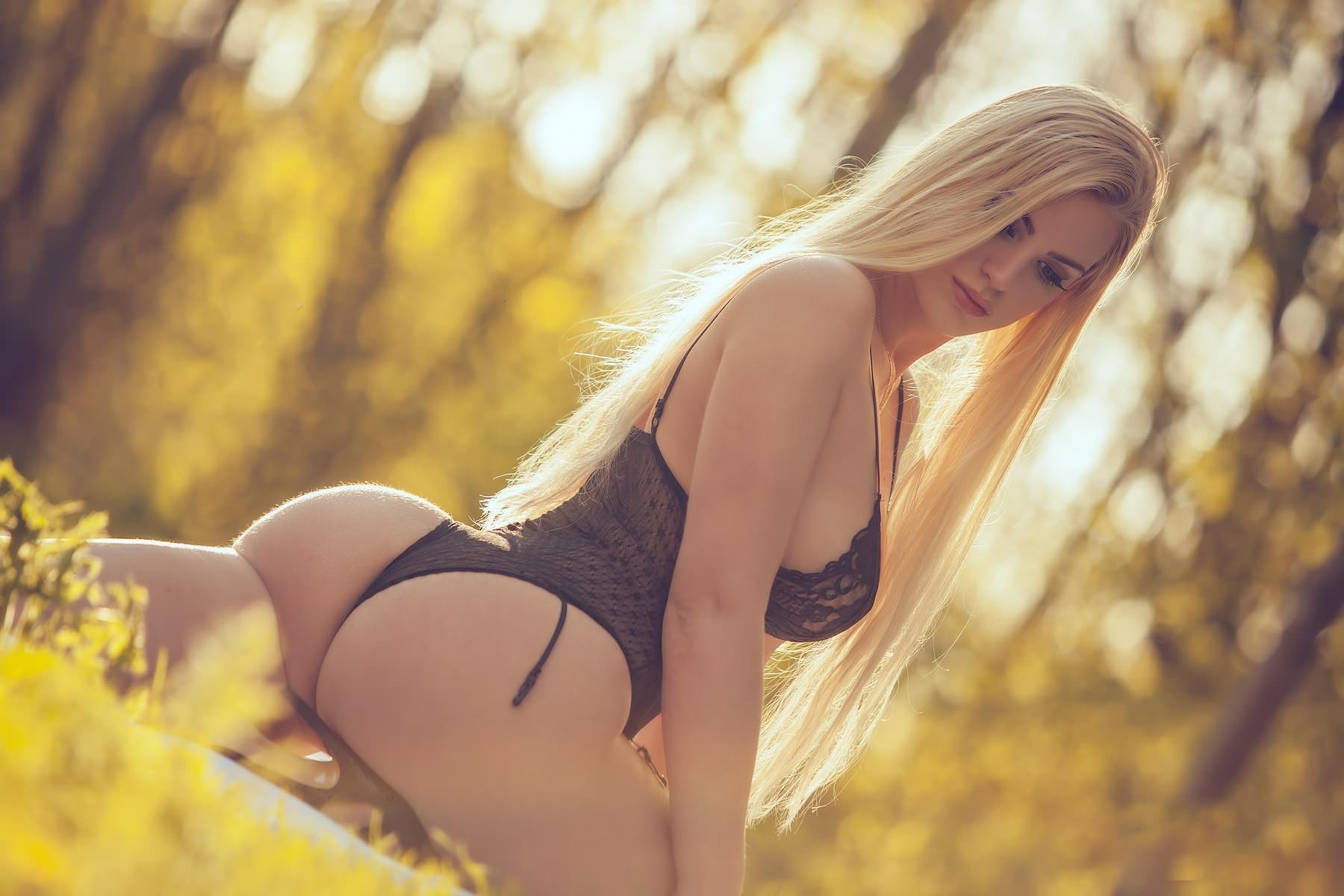 ocharovatelnaya-blondinka-s-shikarnoy-popoy-foto-foto-golih-zhenshin-na-retro-foto