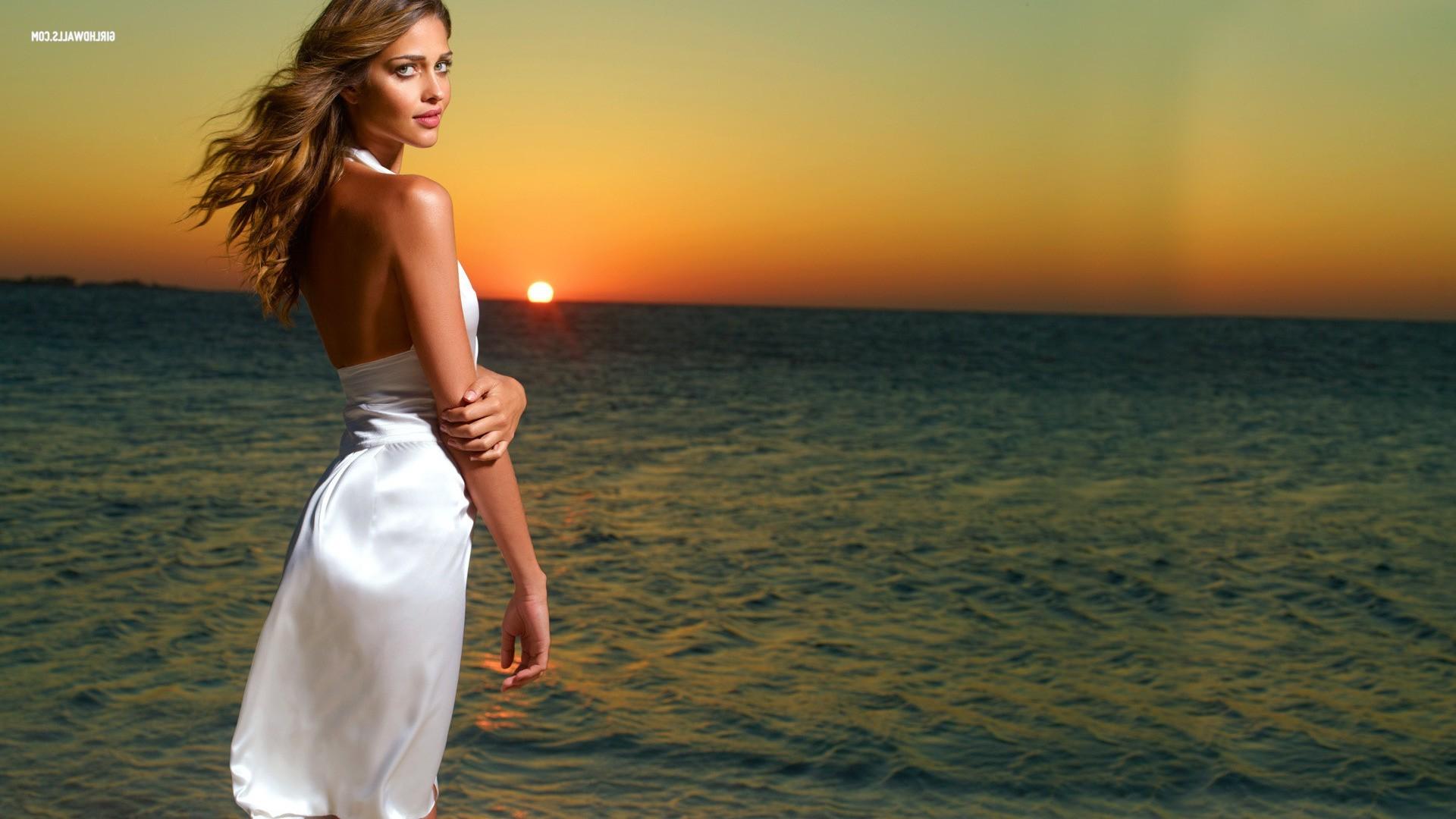 Картинки моря с женщиной